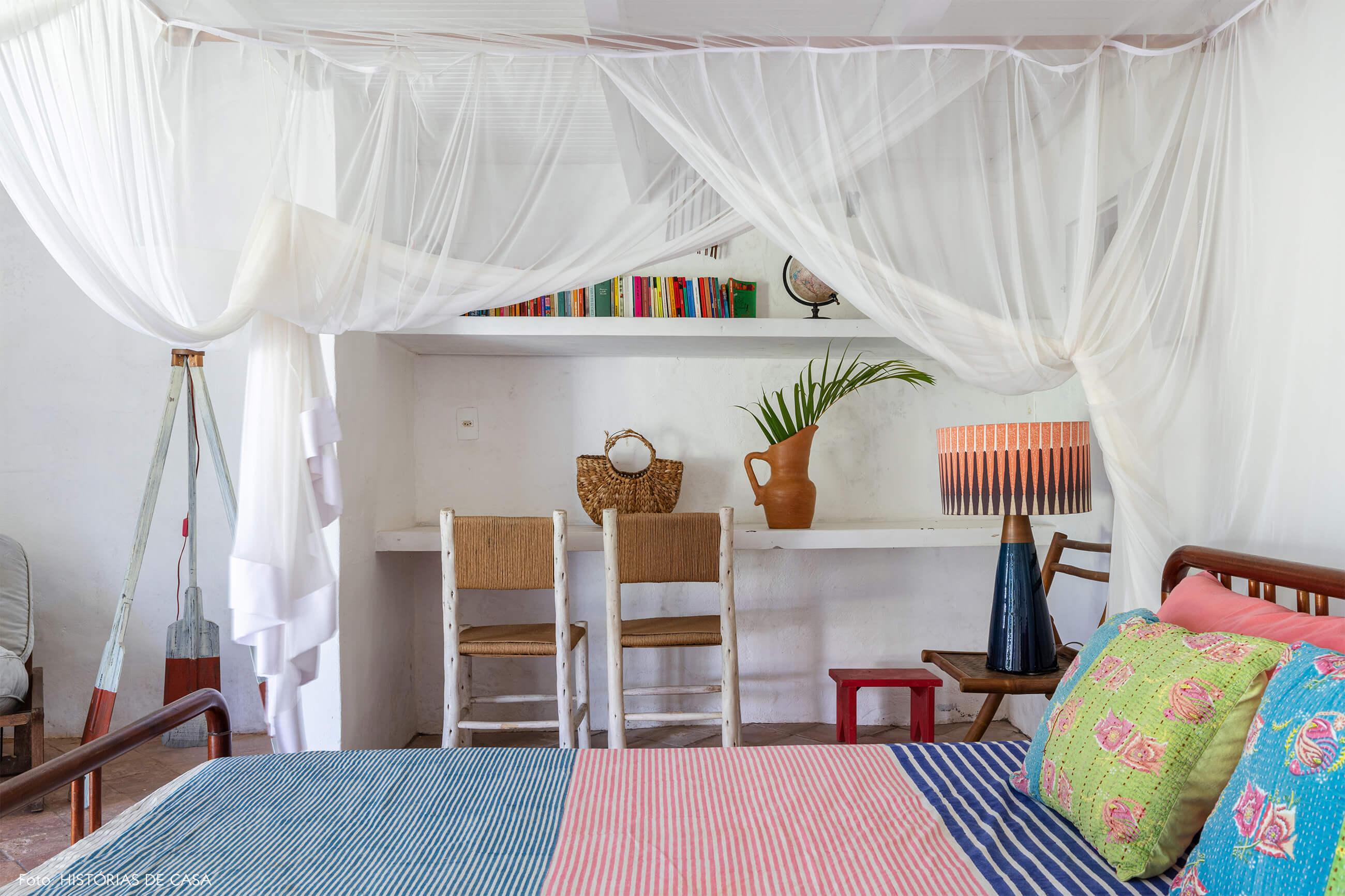flavia-decoração-trancoso-quarto-com-cama-colorida-e-itens-de-madeira