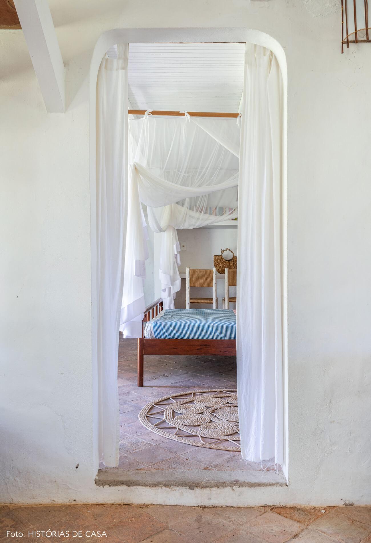 flavia-decoração-trancoso-quarto-com-cama-madeira-e-tenda-branca