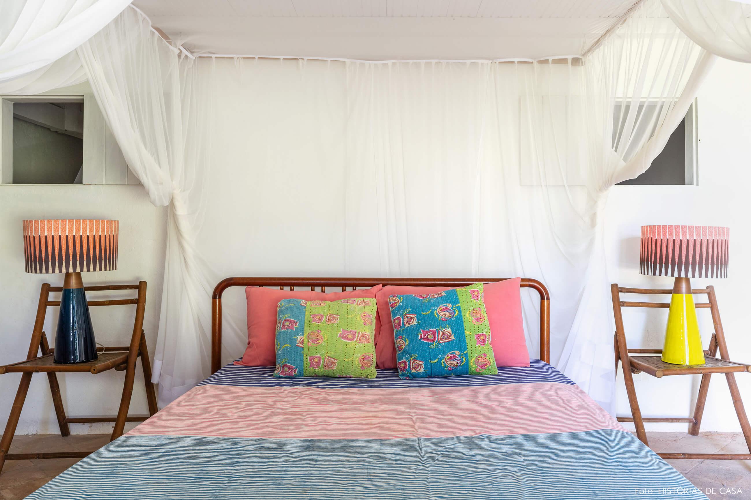 flavia-decoração-trancoso-quarto-com-cama-e-abajur-colorido