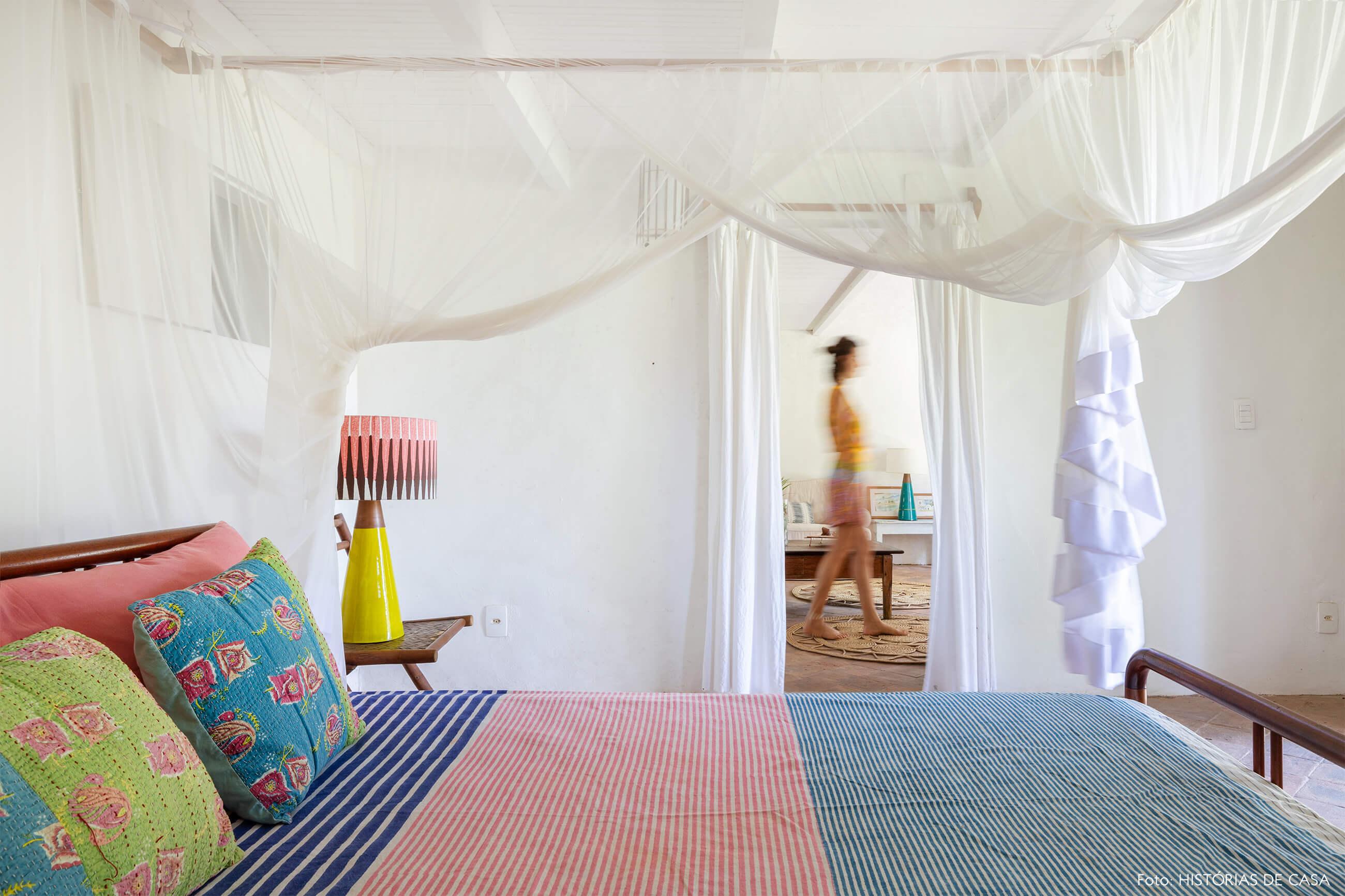 flavia-decoração-trancoso-quarto-com-cama-colorida-e-tenda-branc