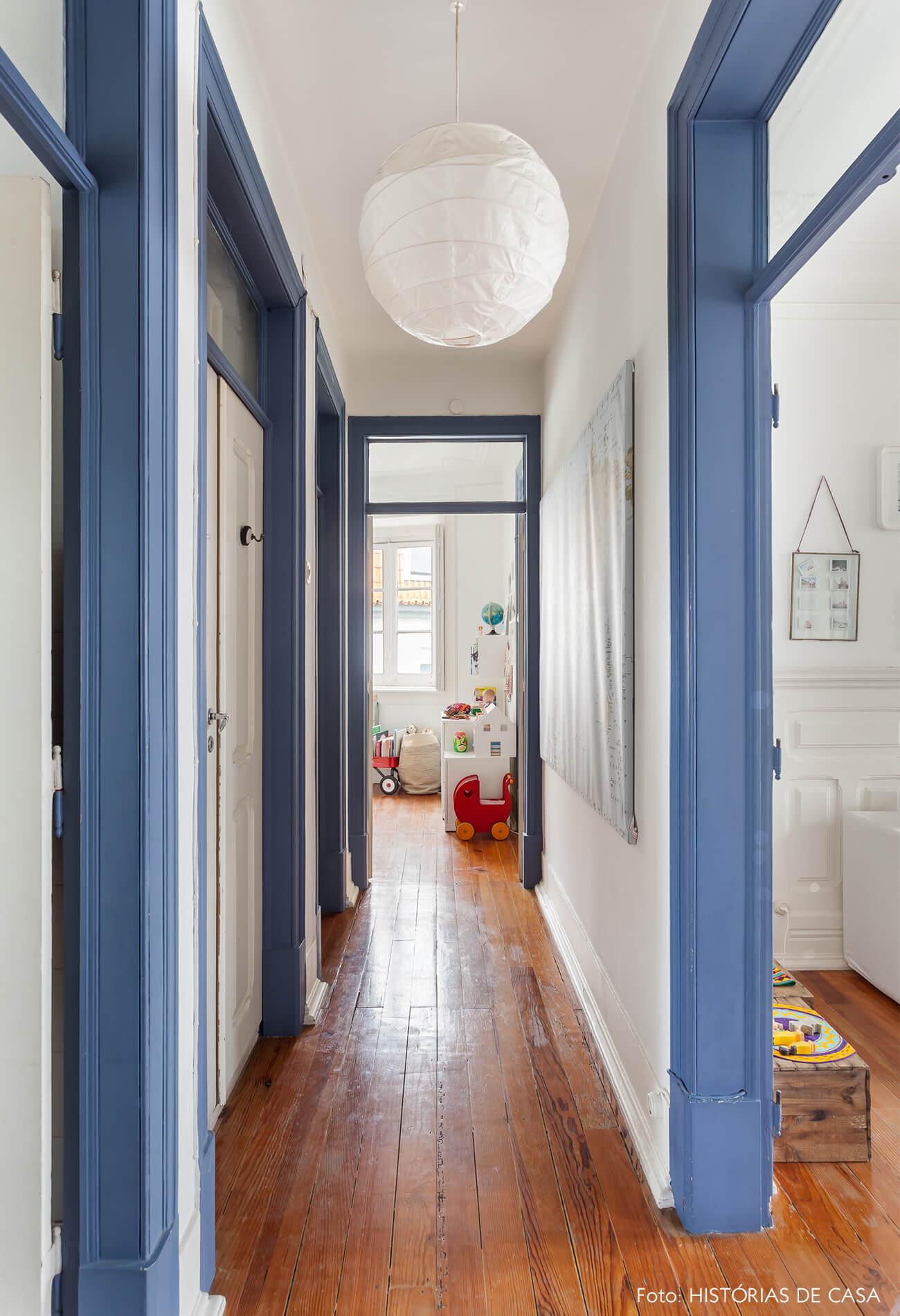 mariana-portugal-decoração-corredor-com-portas-azuis