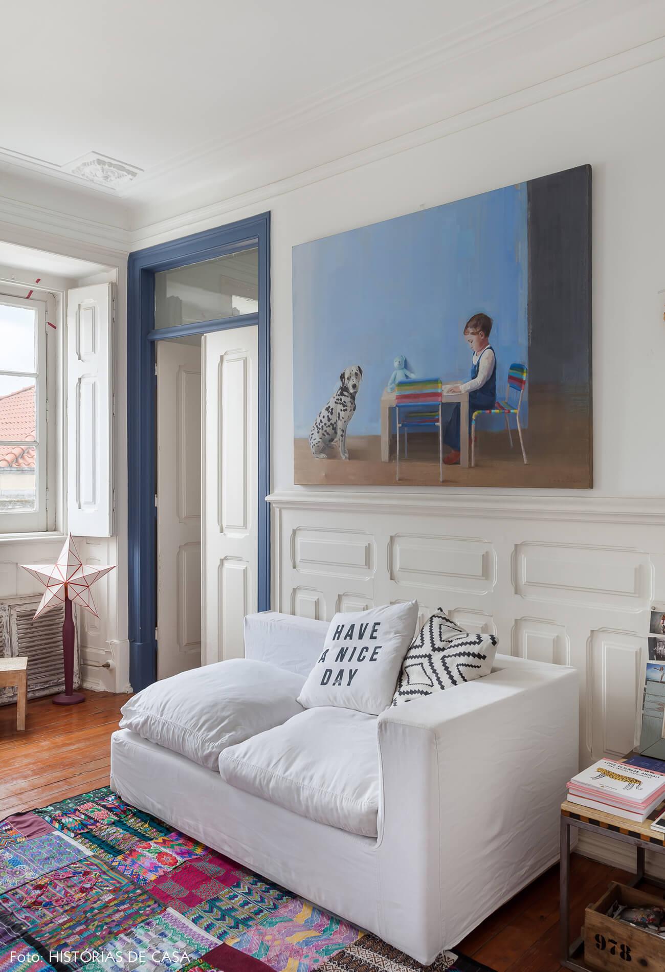 mariana-portugal-decoração-sala-com-tapete-estampado-e-detalhes-azul