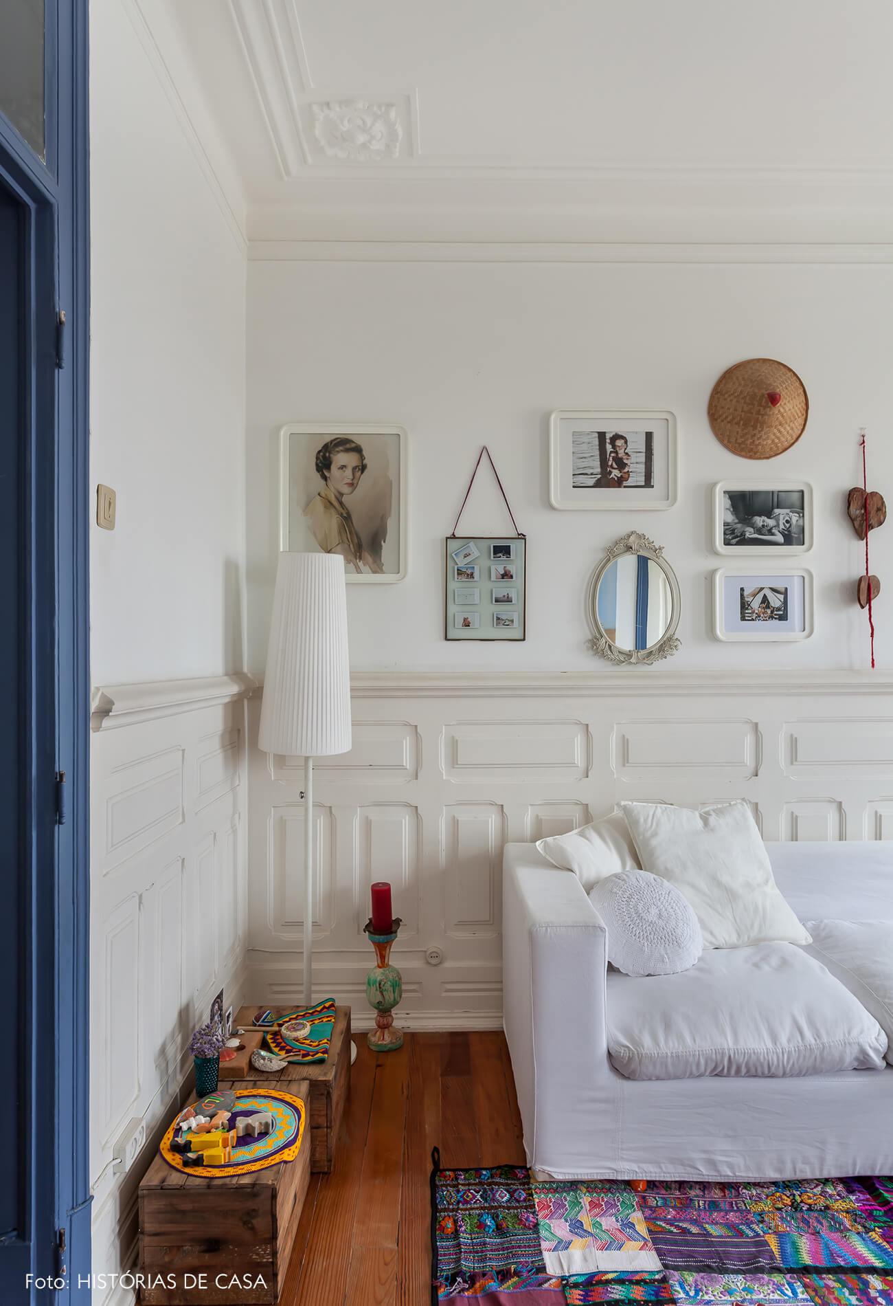 mariana-portugal-decoração-sala-com-moveis-madeira-e-fotos-na-parede