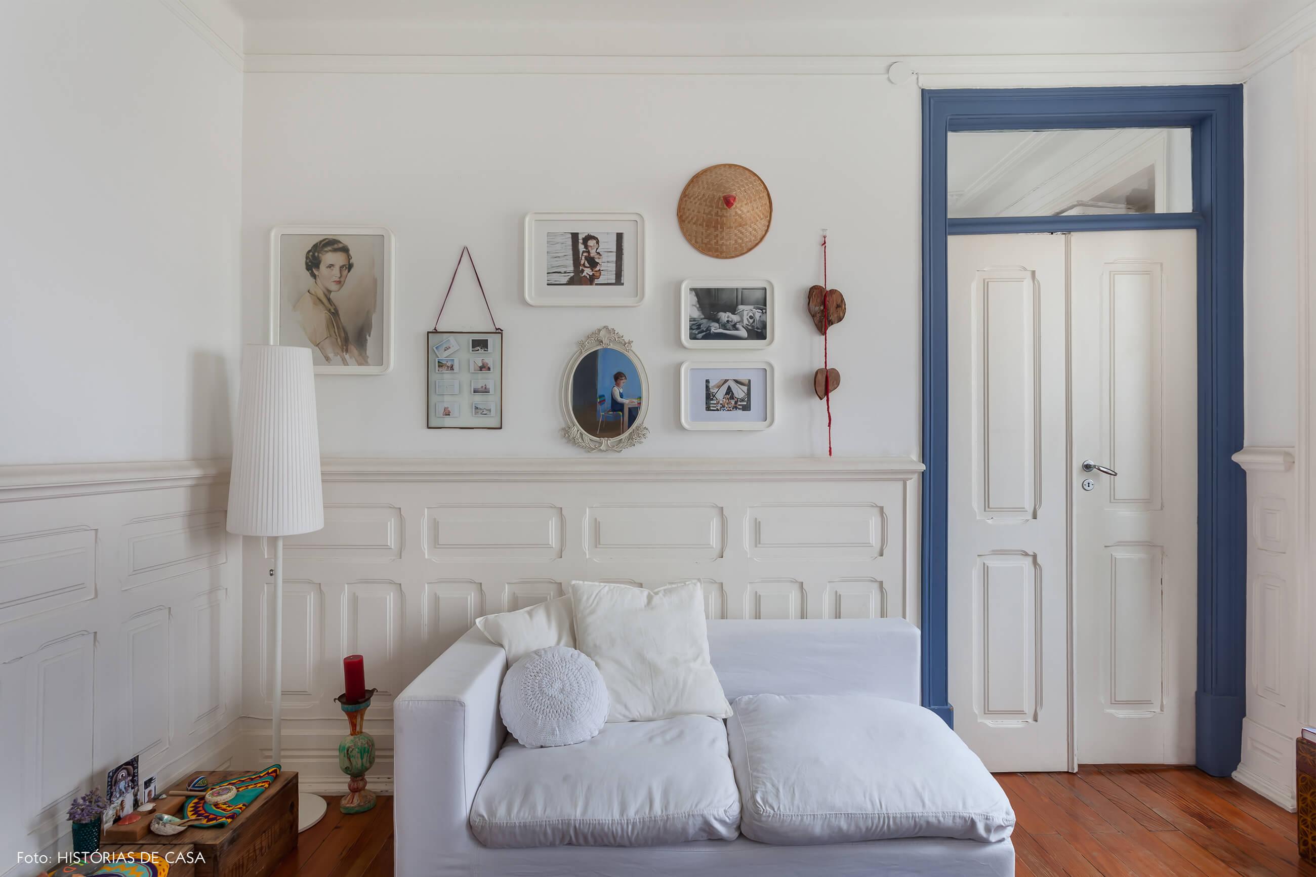 mariana-portugal-decoração-sala-branca-com-detalhes-azul-e-fotos