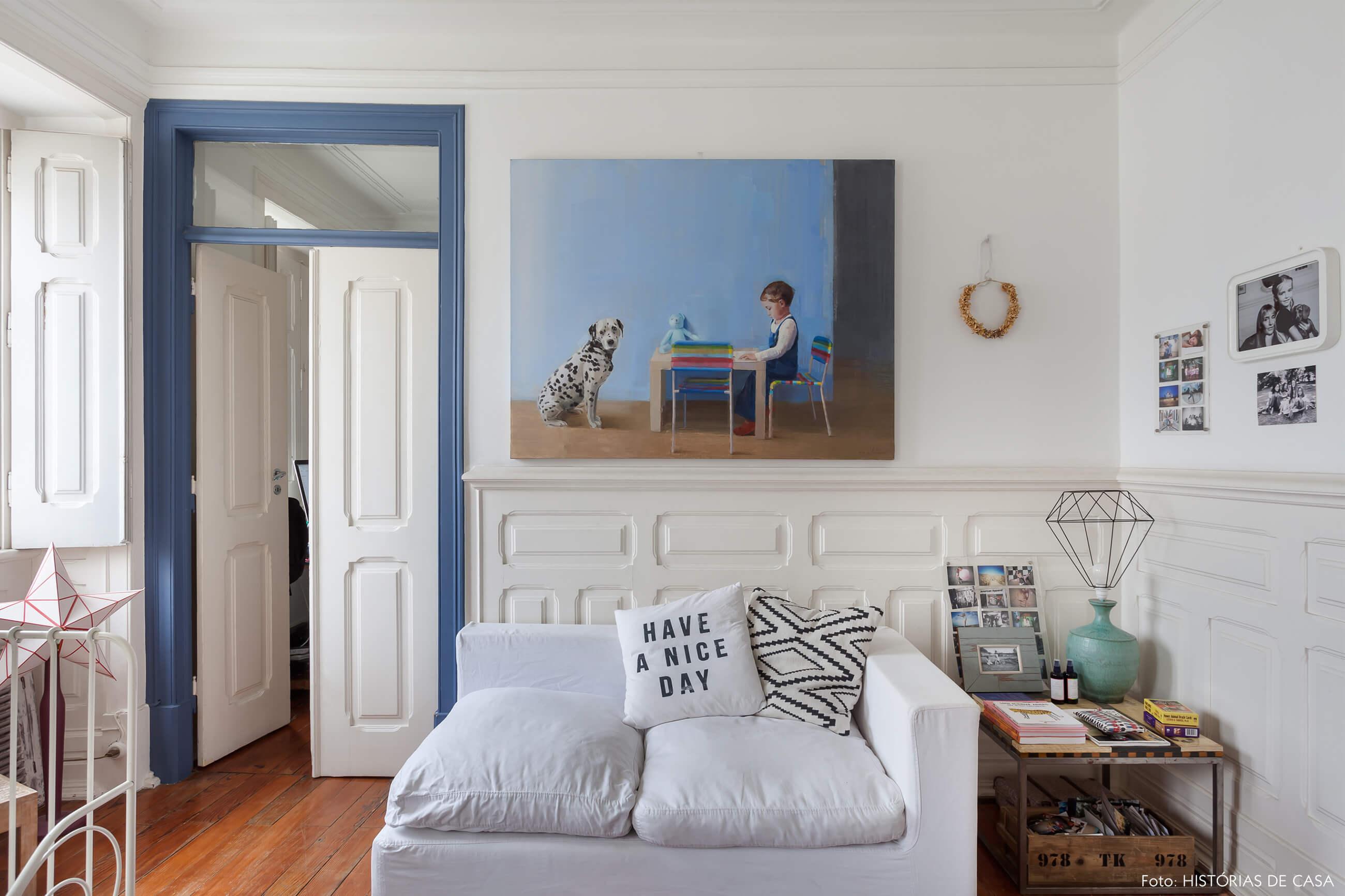 mariana-portugal-decoração-sala-branca-e-azul-com-quadro-pintura