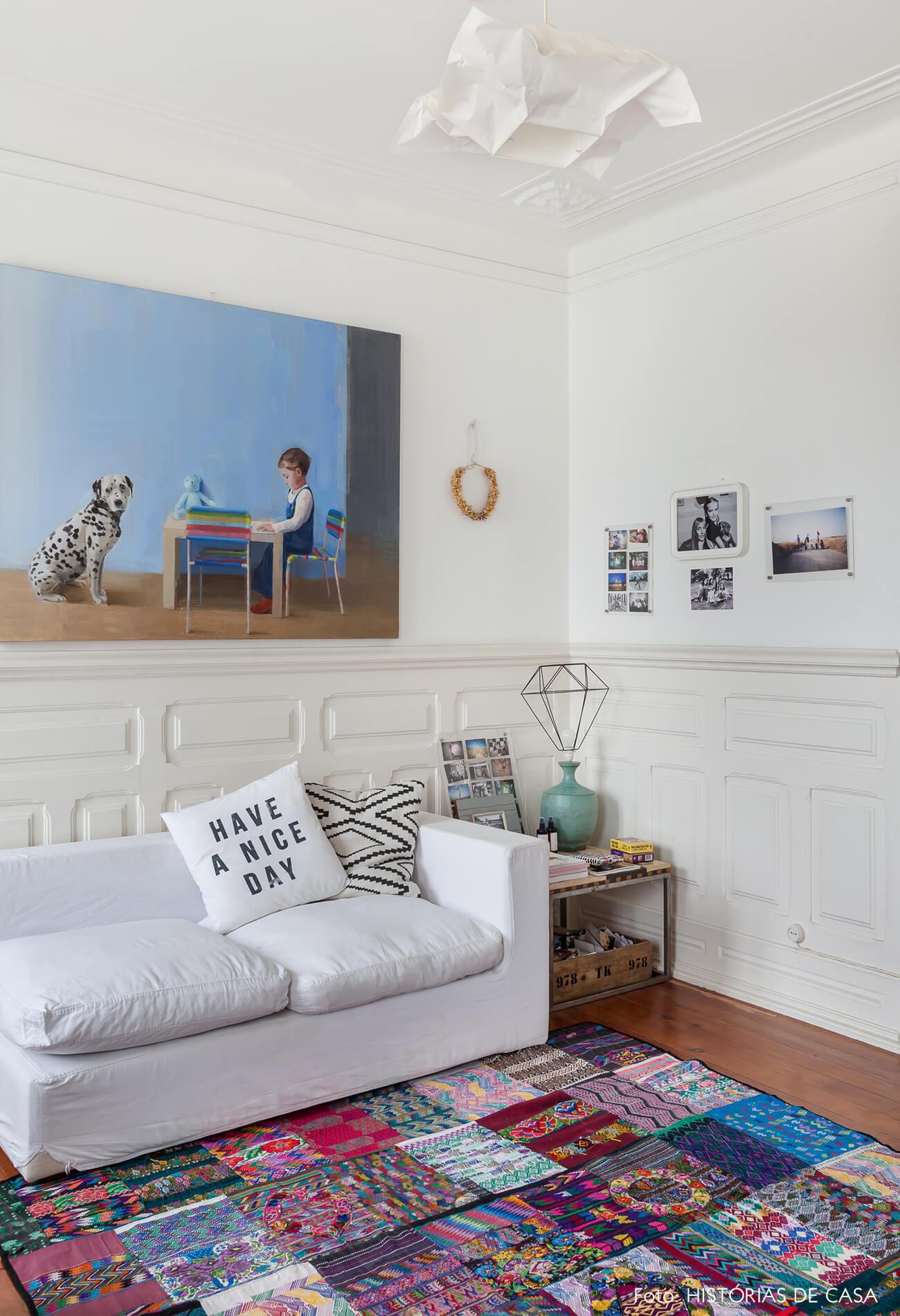 mariana-portugal-decoração-sala-branca-com-tapete-estampado-e-quadro