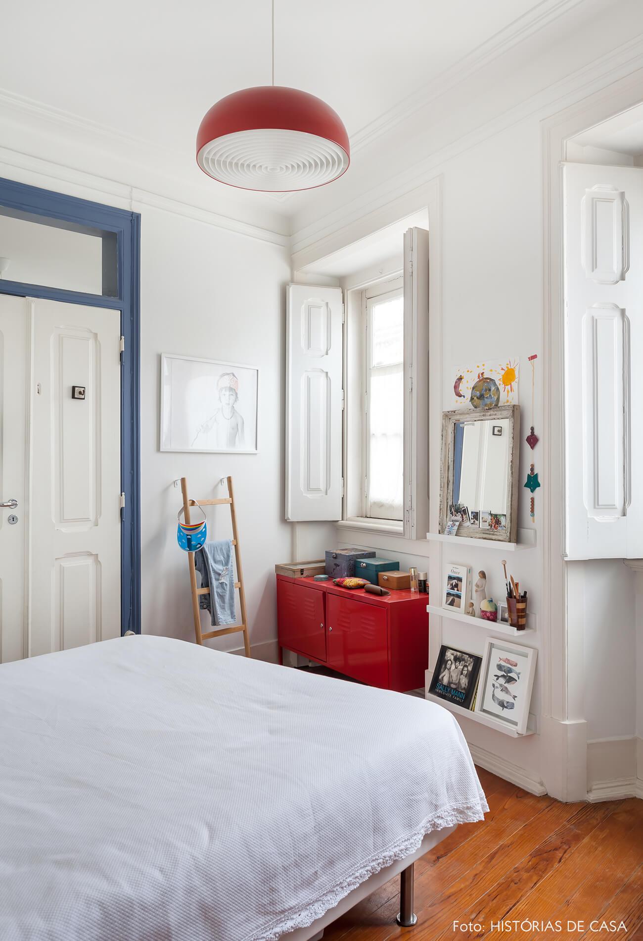 mariana-portugal-decoração-quarto-branco-com-detalhe-porta-azul-e-movel-vermelho