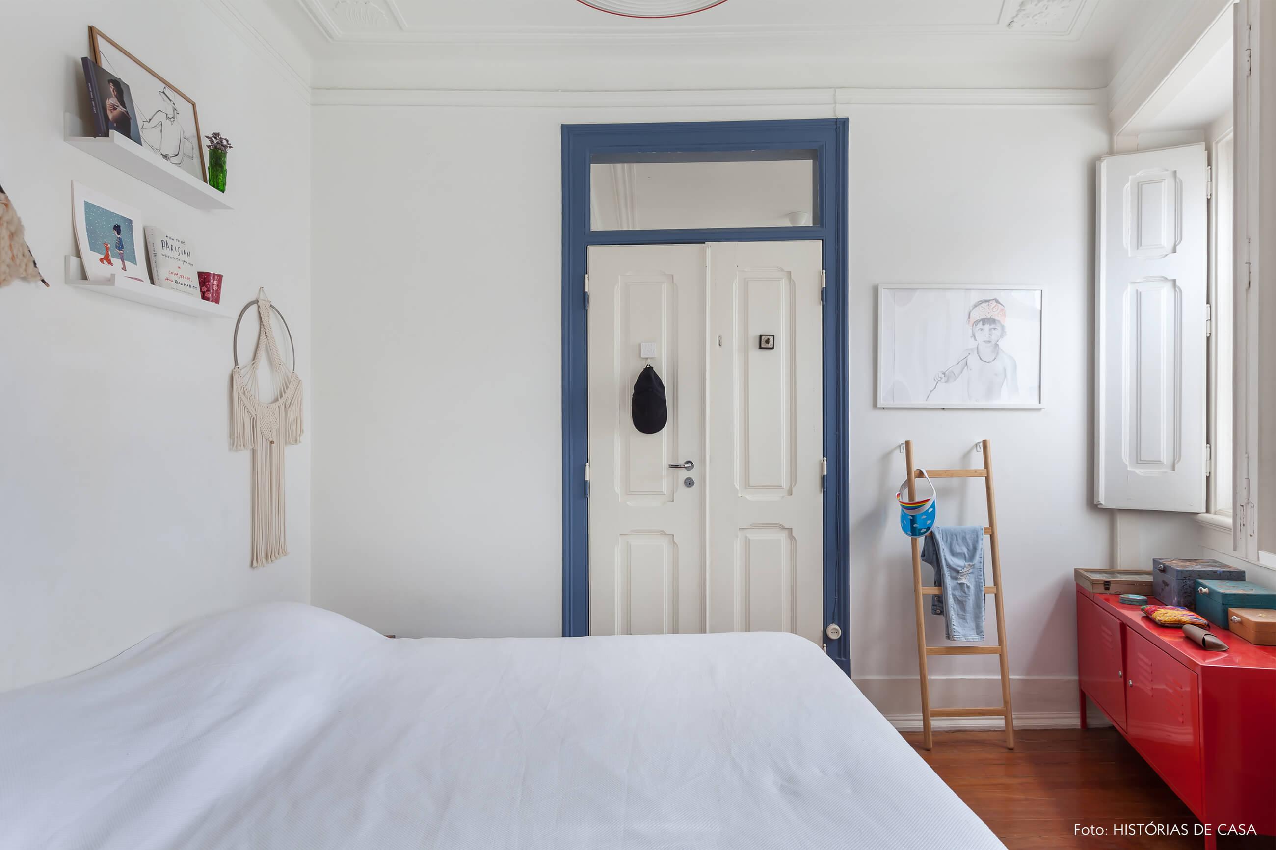 mariana-portugal-decoração-quarto-branco-com-estante-vermelha-e-detalhe-azul