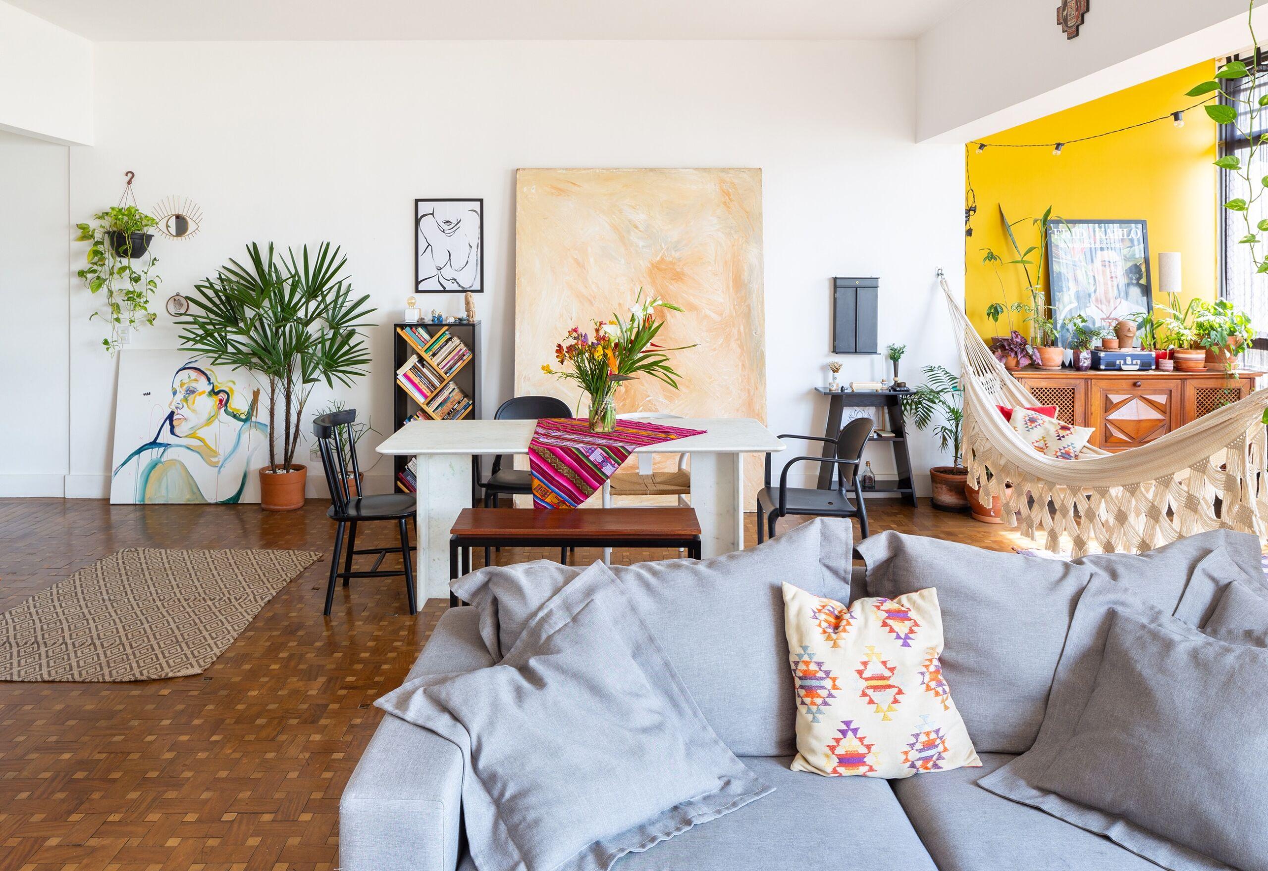 decoração-sah-e-ara-sala-com-piso-madeira-parede-amarela-e-plantas