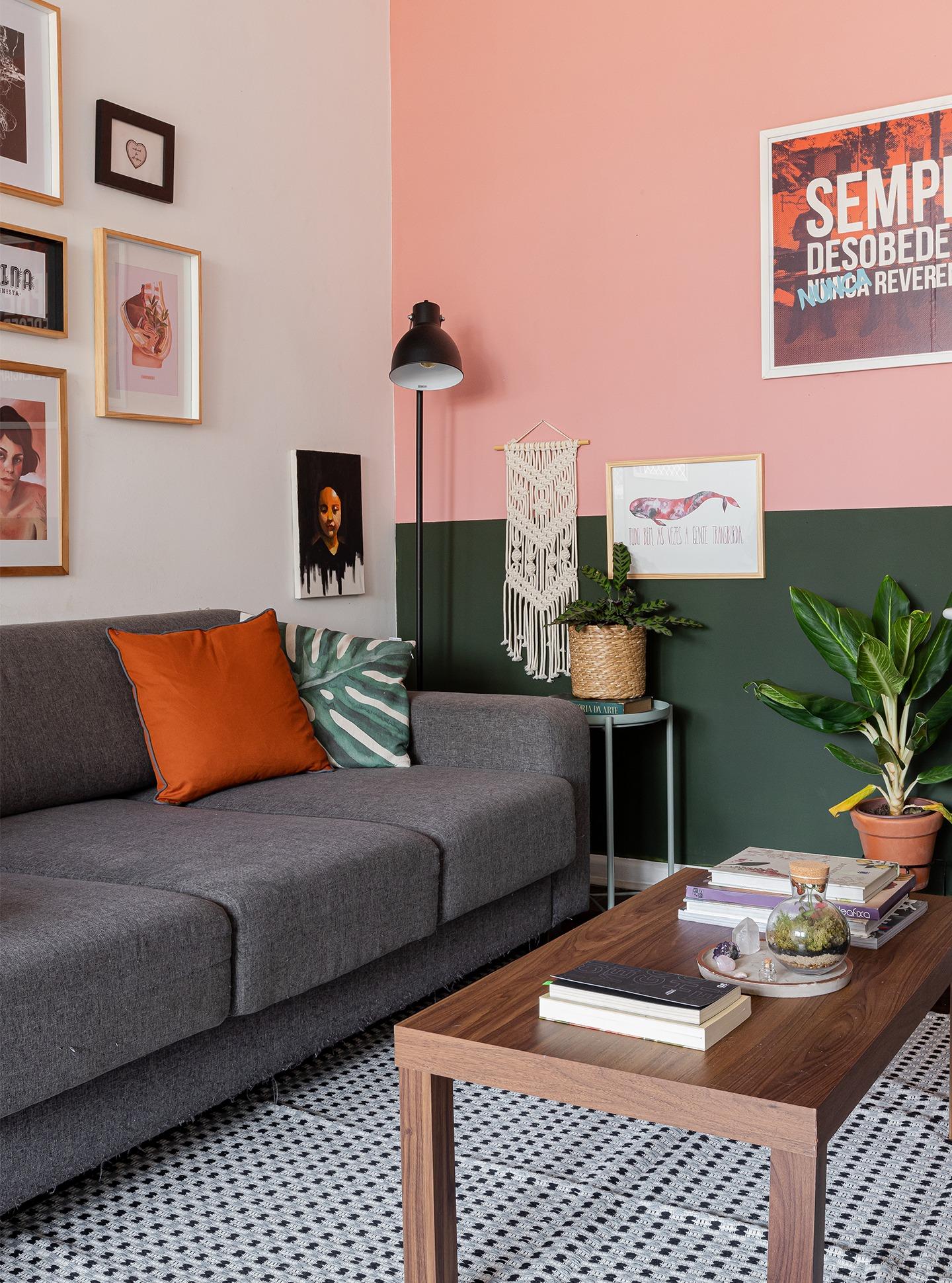 decoração-sala-parede-verde-e-rosa-com-quadros-e-plantas