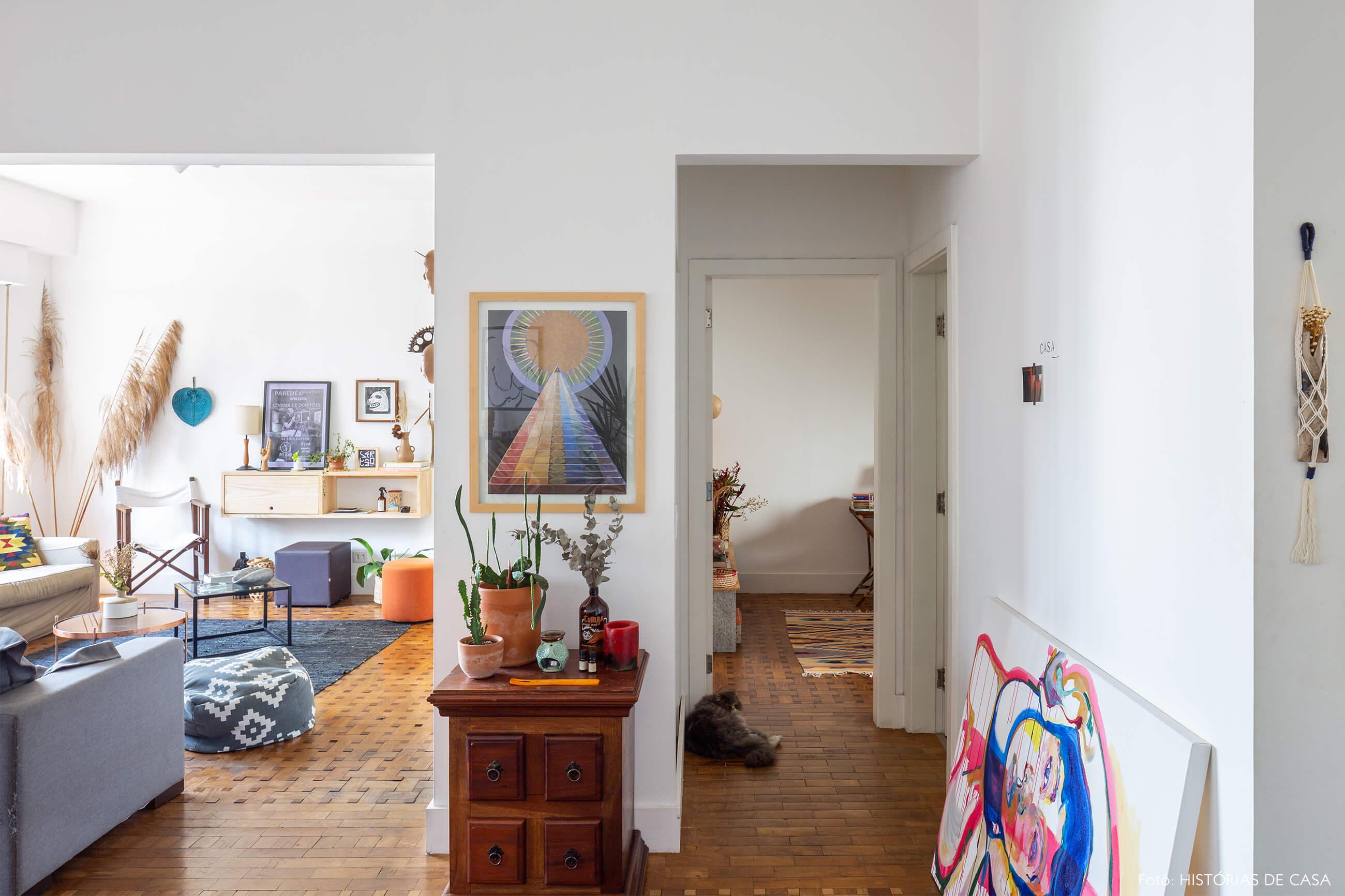 sala-com-piso-de-taco-de-madeira-pinturas-e-plantas