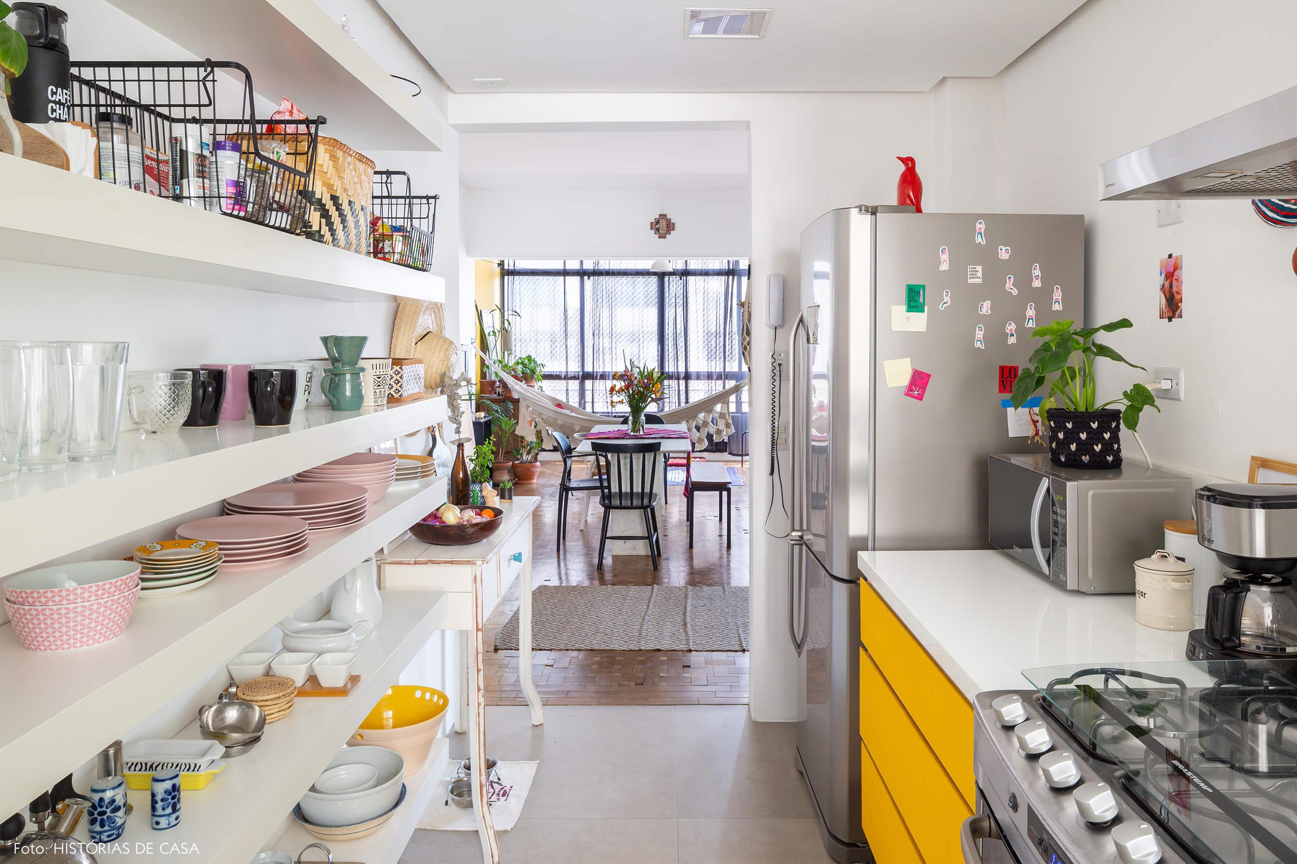 cozinha-com-prateleiras-brancas