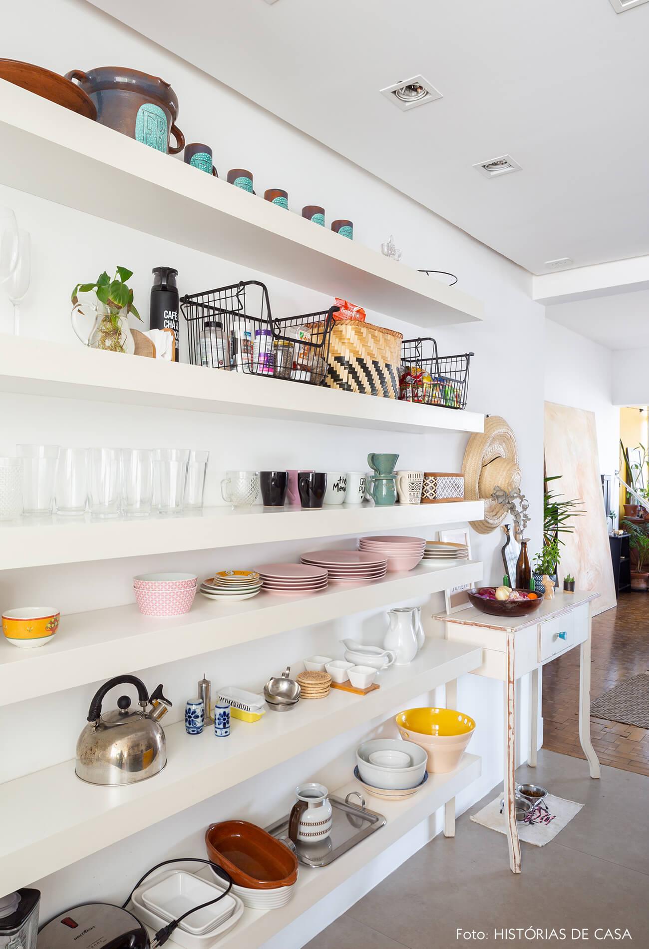 estantes-brancas-na-cozinha