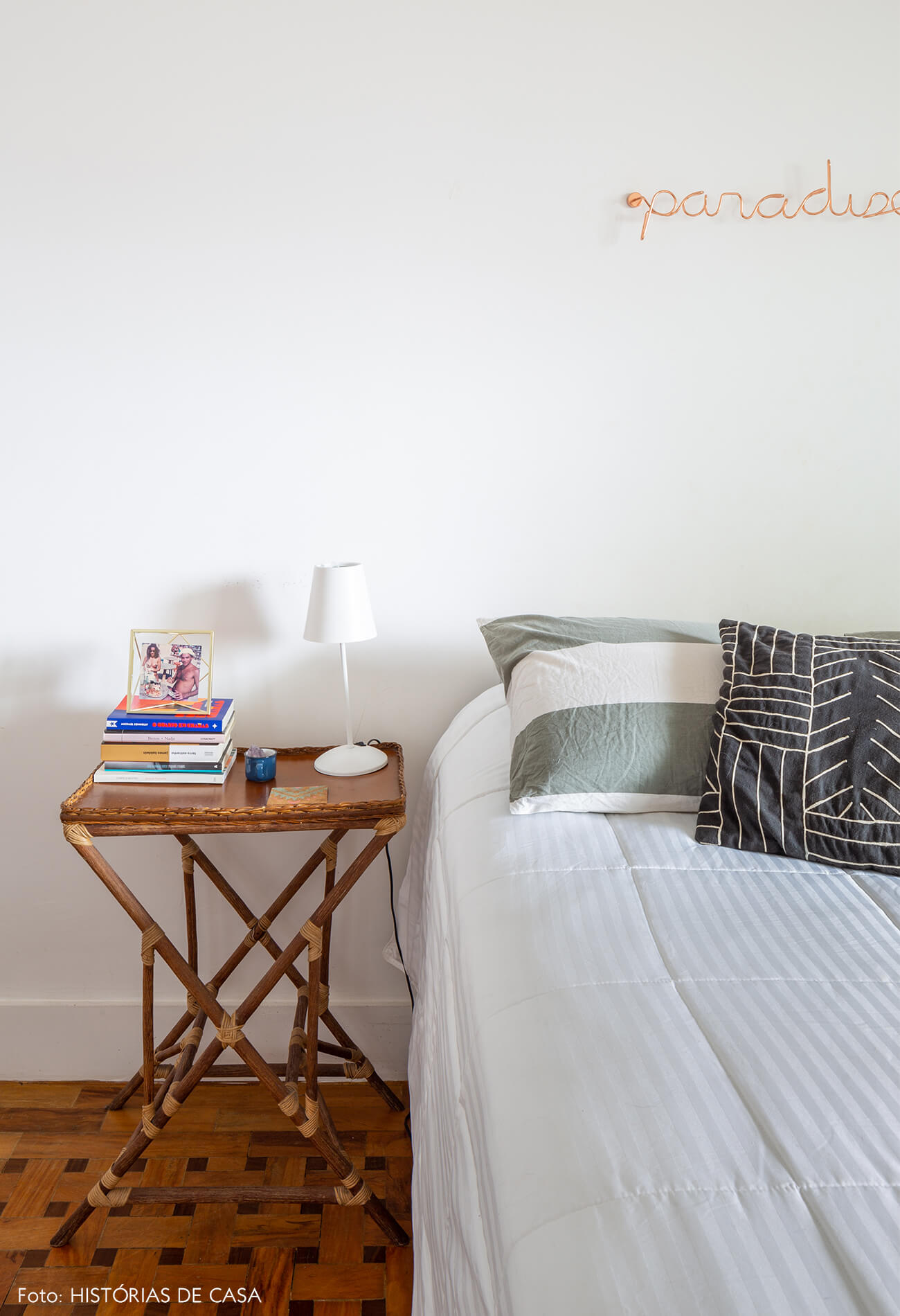 quarto-branco-com-mesa-lateral-de-madeira