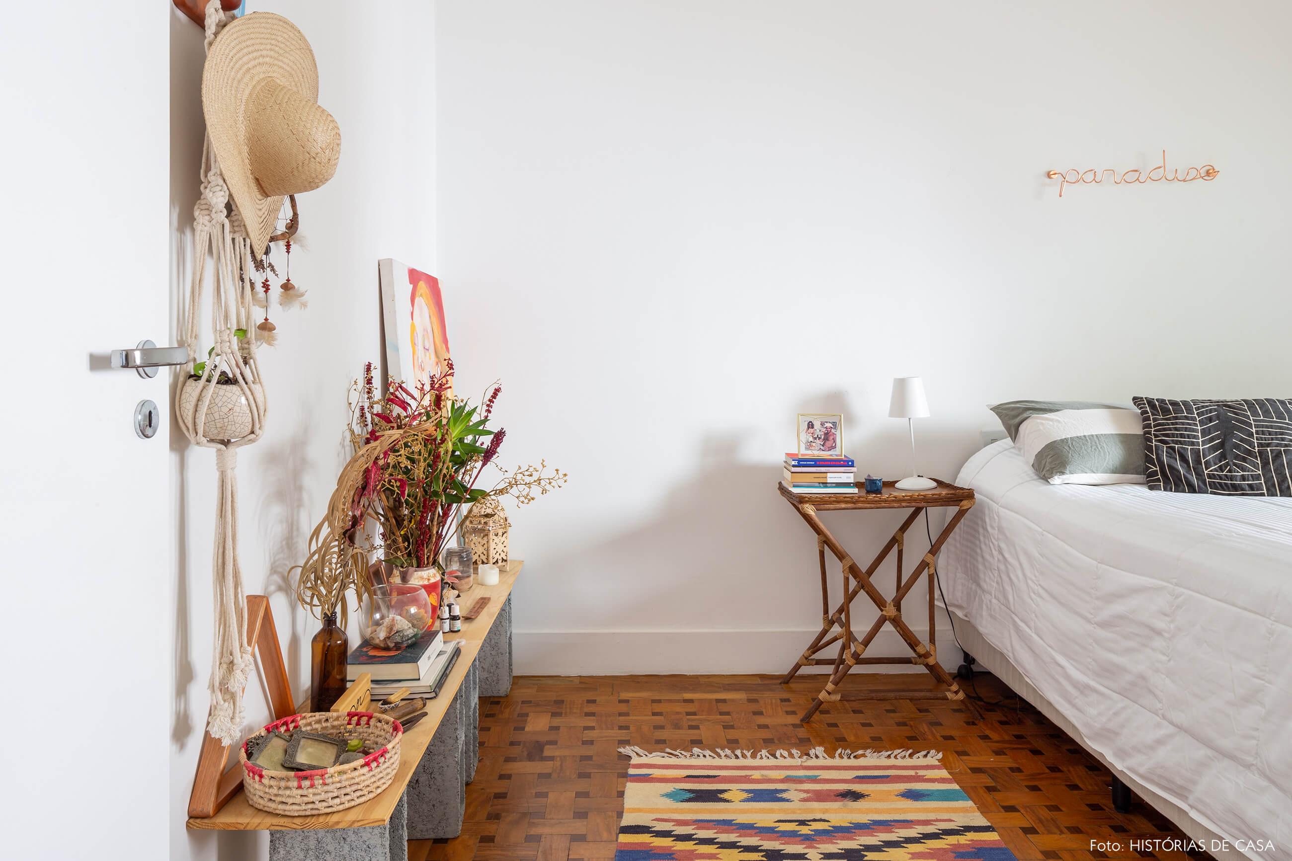 quarto-com-mesa-de-tabua-de-madeira-apoiado-emblocos-de-cimento