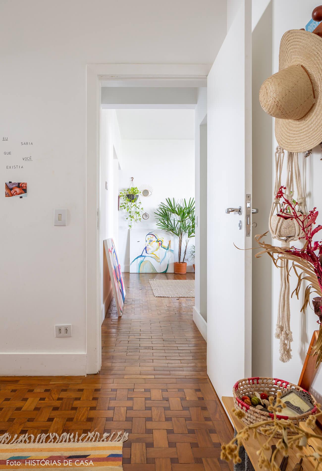 corredor-com-piso-de-madeira-e-quadros-de-pinturas
