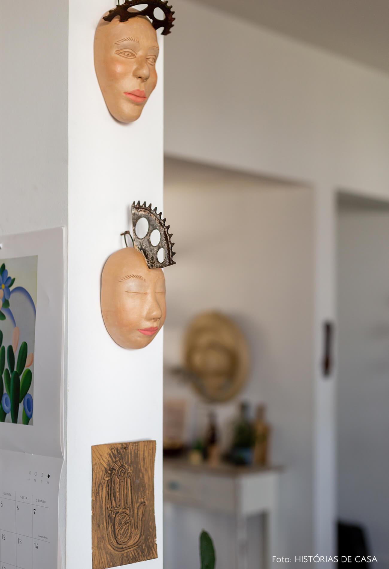 detalhe-de-cabeças-na-parede-do-home-office