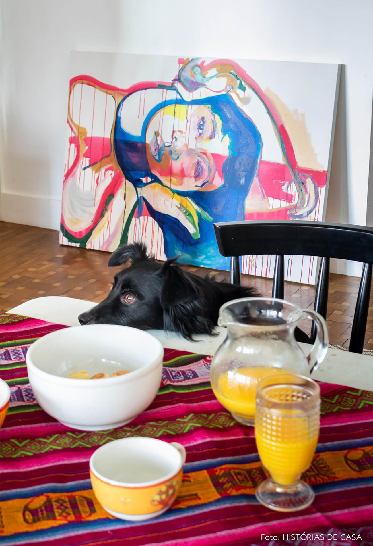 retrato-pet-cachorro-na-mesa-branca-com-toalha-estampada-rosa