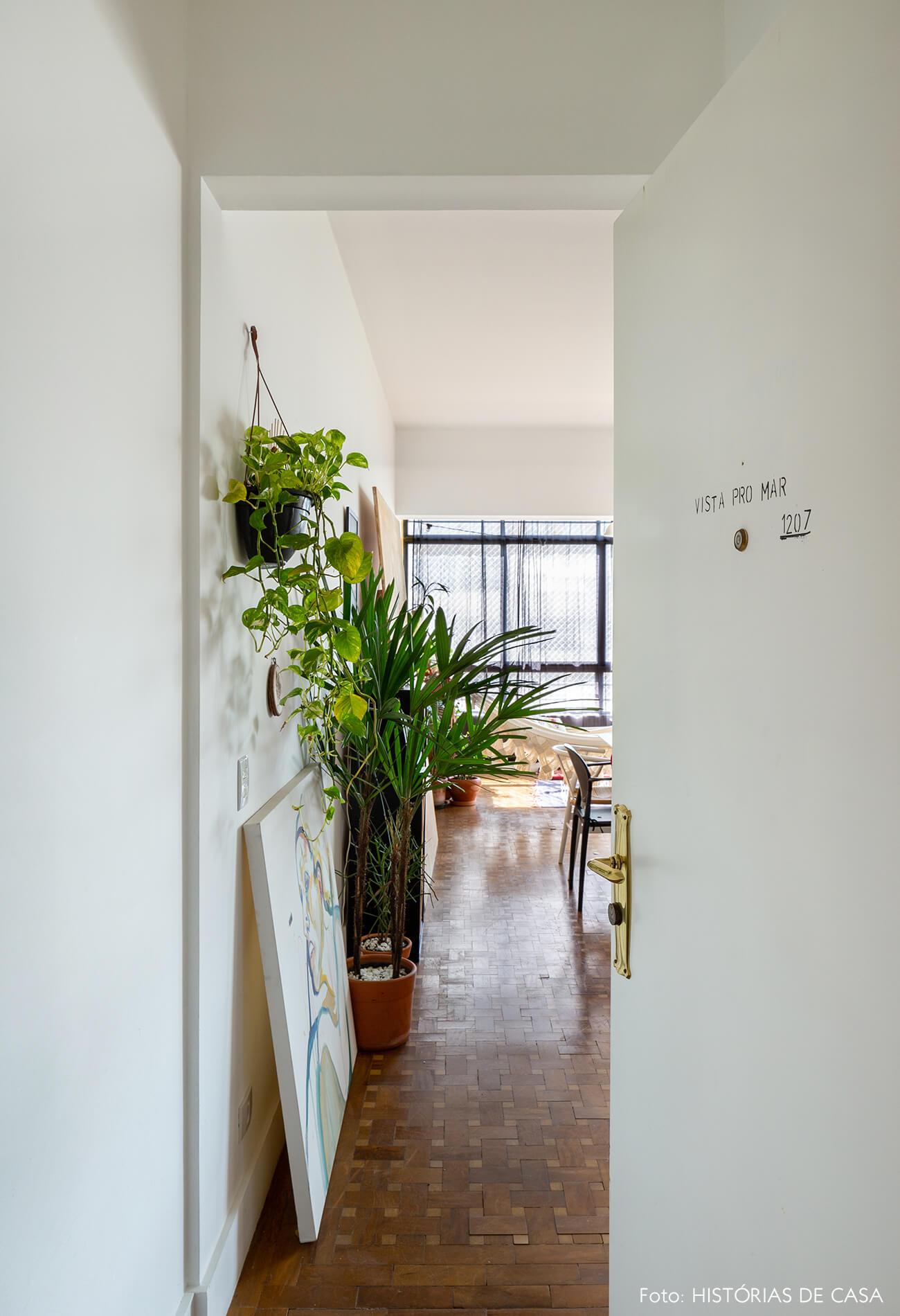entrada-ap-sala-com-plantas-e-piso-de-madeira