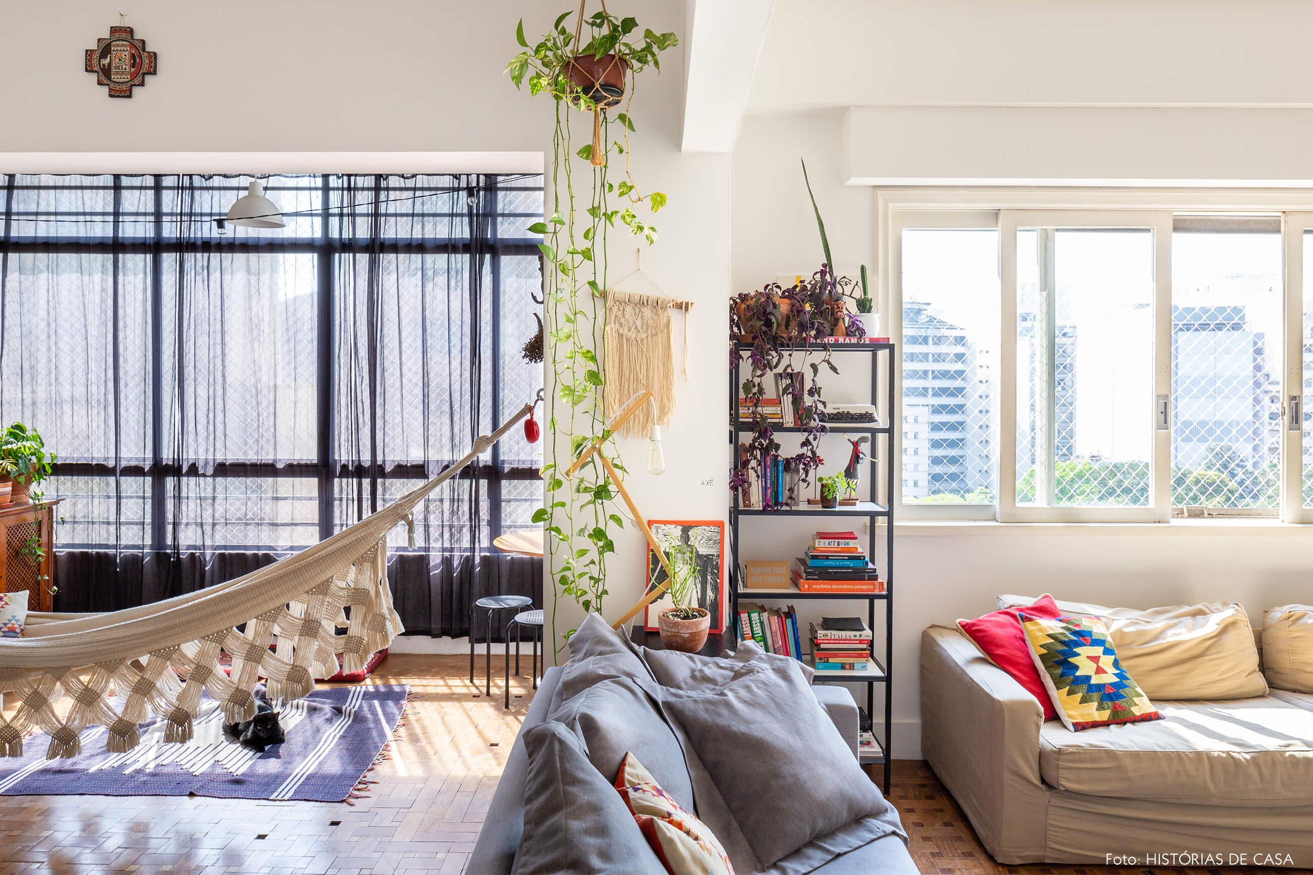 sala-com-plantas-rede-e-sofas-claros