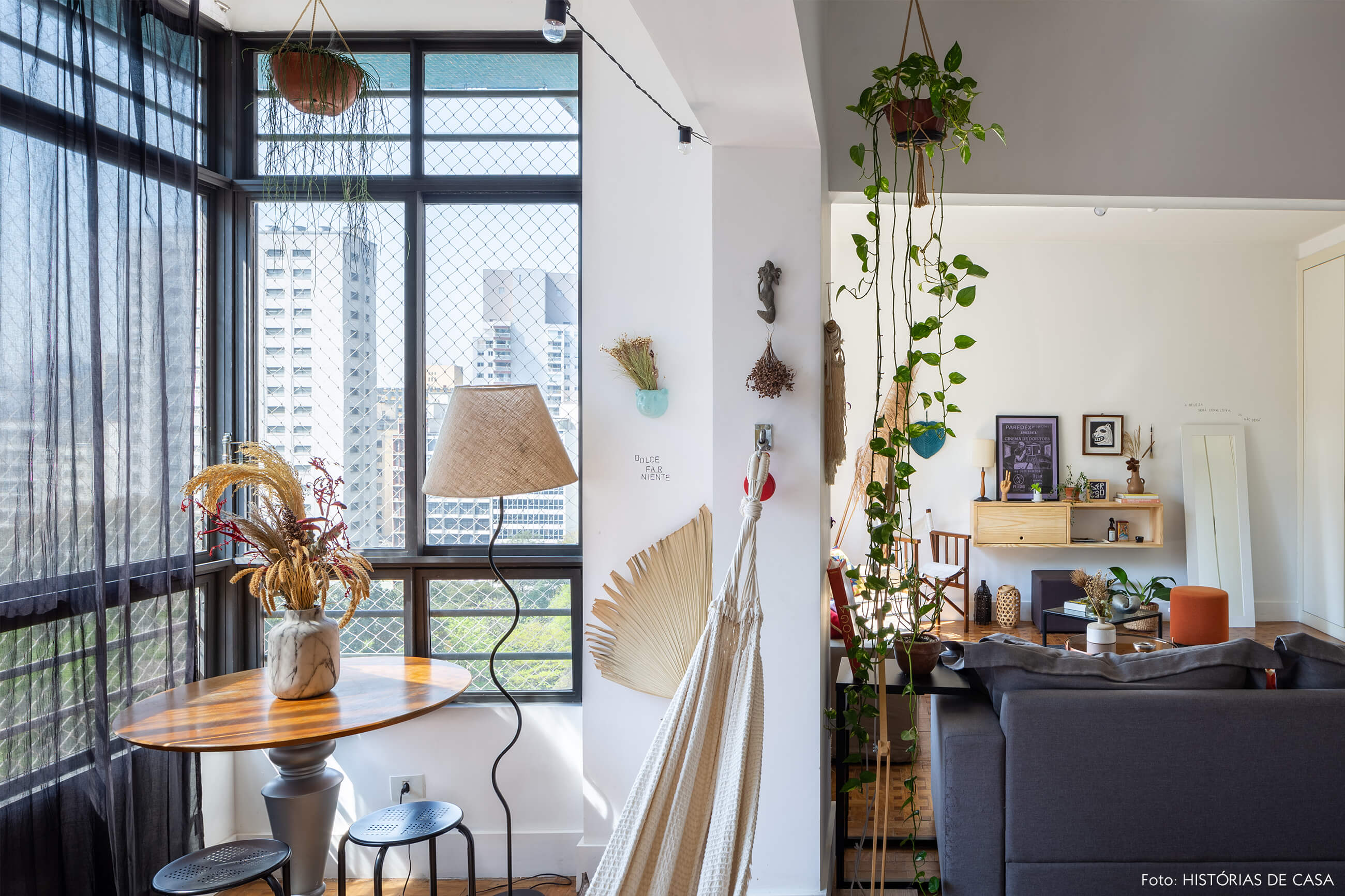 sala-com-rede-plantas-e-mesa-circular-de-madeira