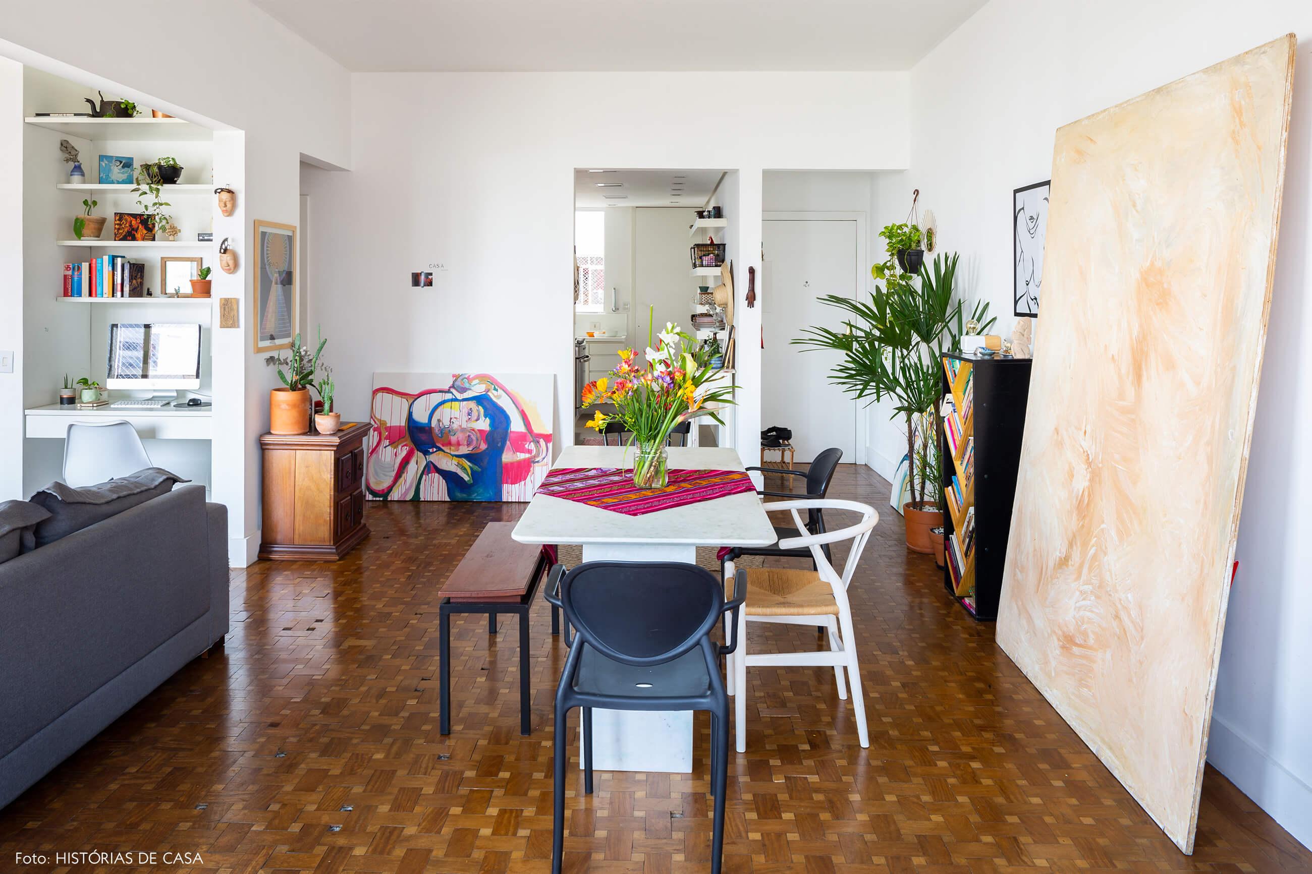 sala-jantar-com-mesa-branca-pinturas-e-plantas