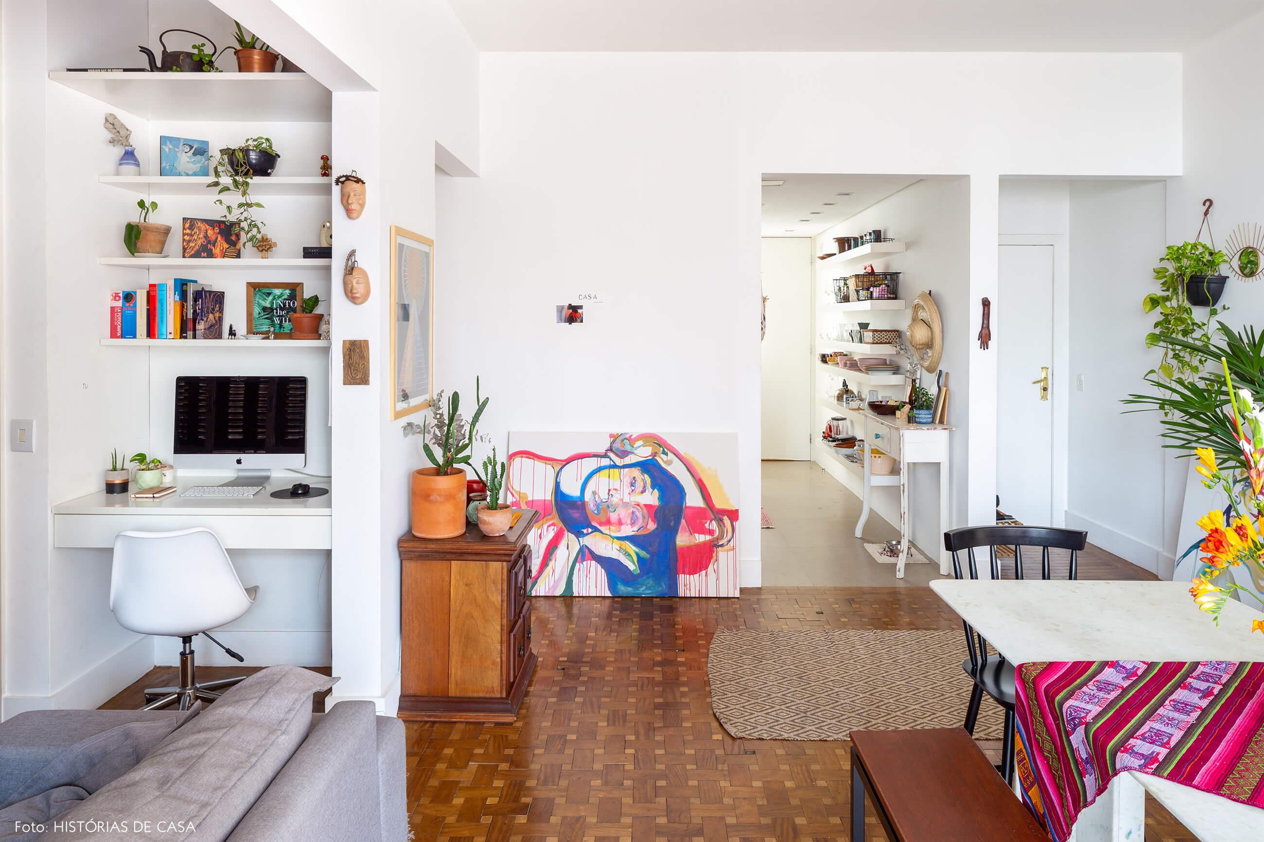 sala-e-home-office-com-piso-e-armario-de-madeira-e-pinturas