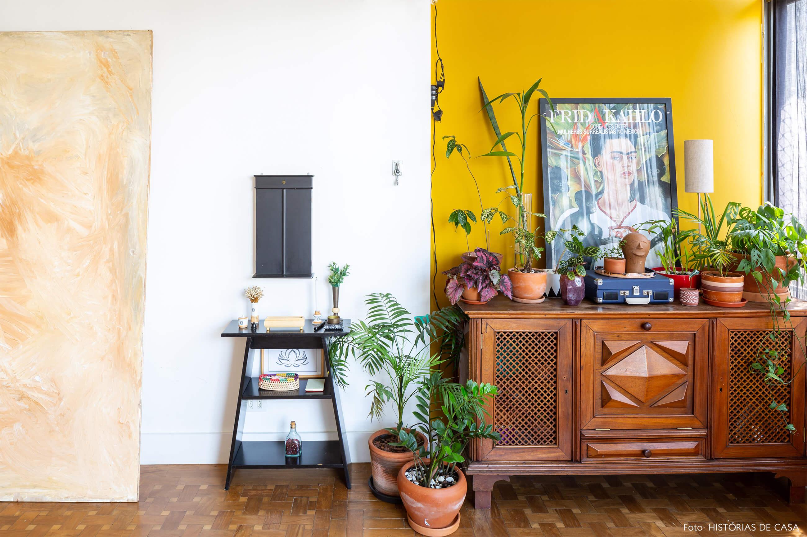 sala-com-parede-amarela-e-armario-de-madeira