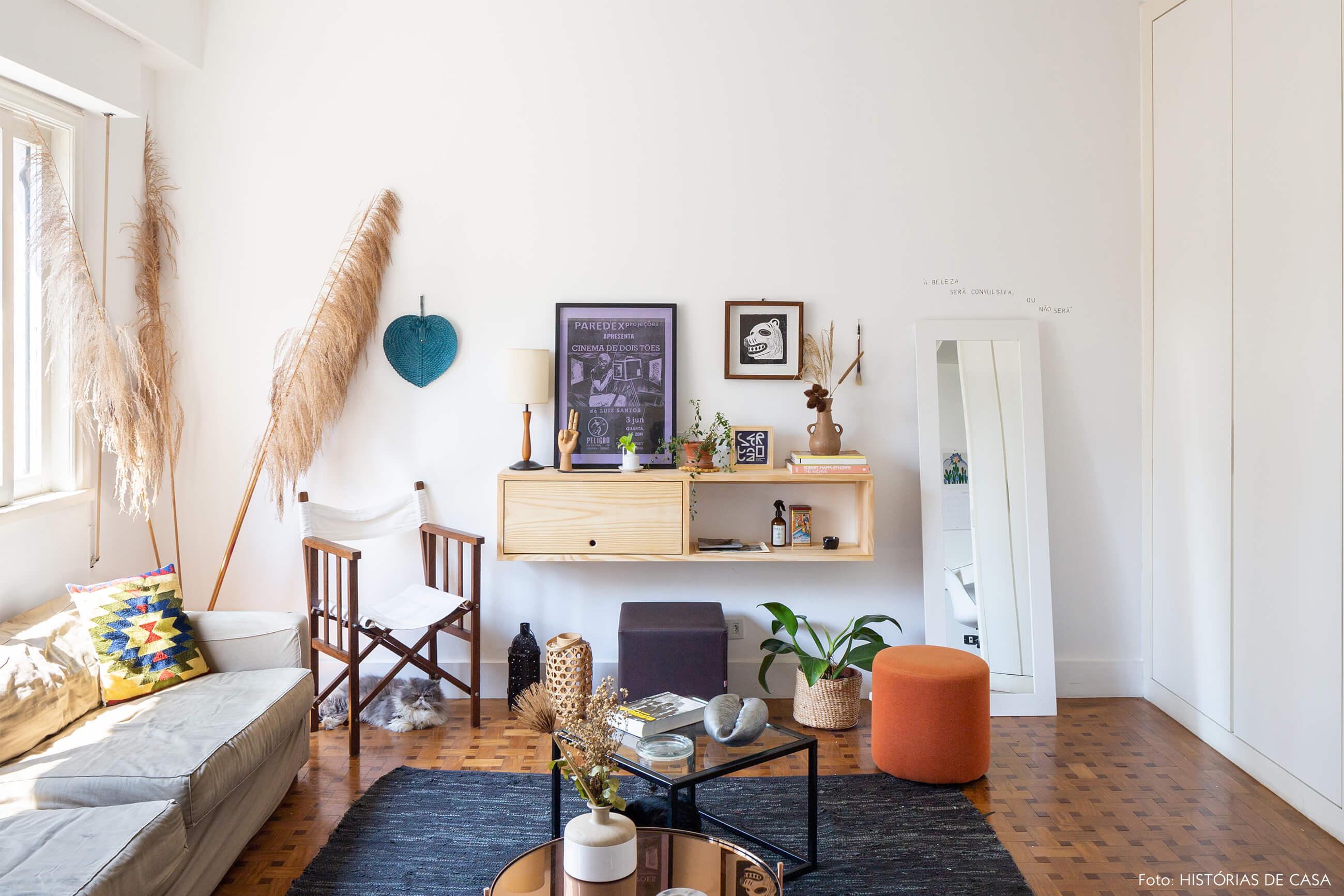decoração-sah-e-ara-9967-sala-com-piso-e-estante-de-madeira