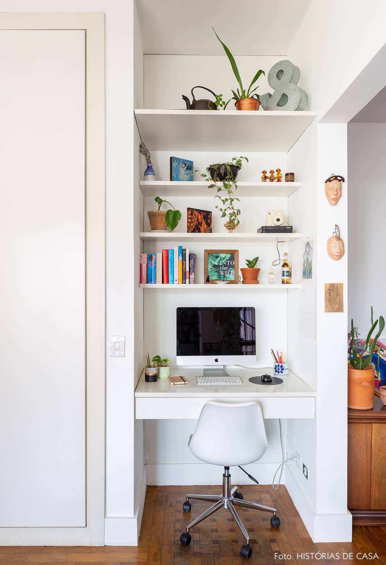 home-office-branco-com-cabeças-na-parede