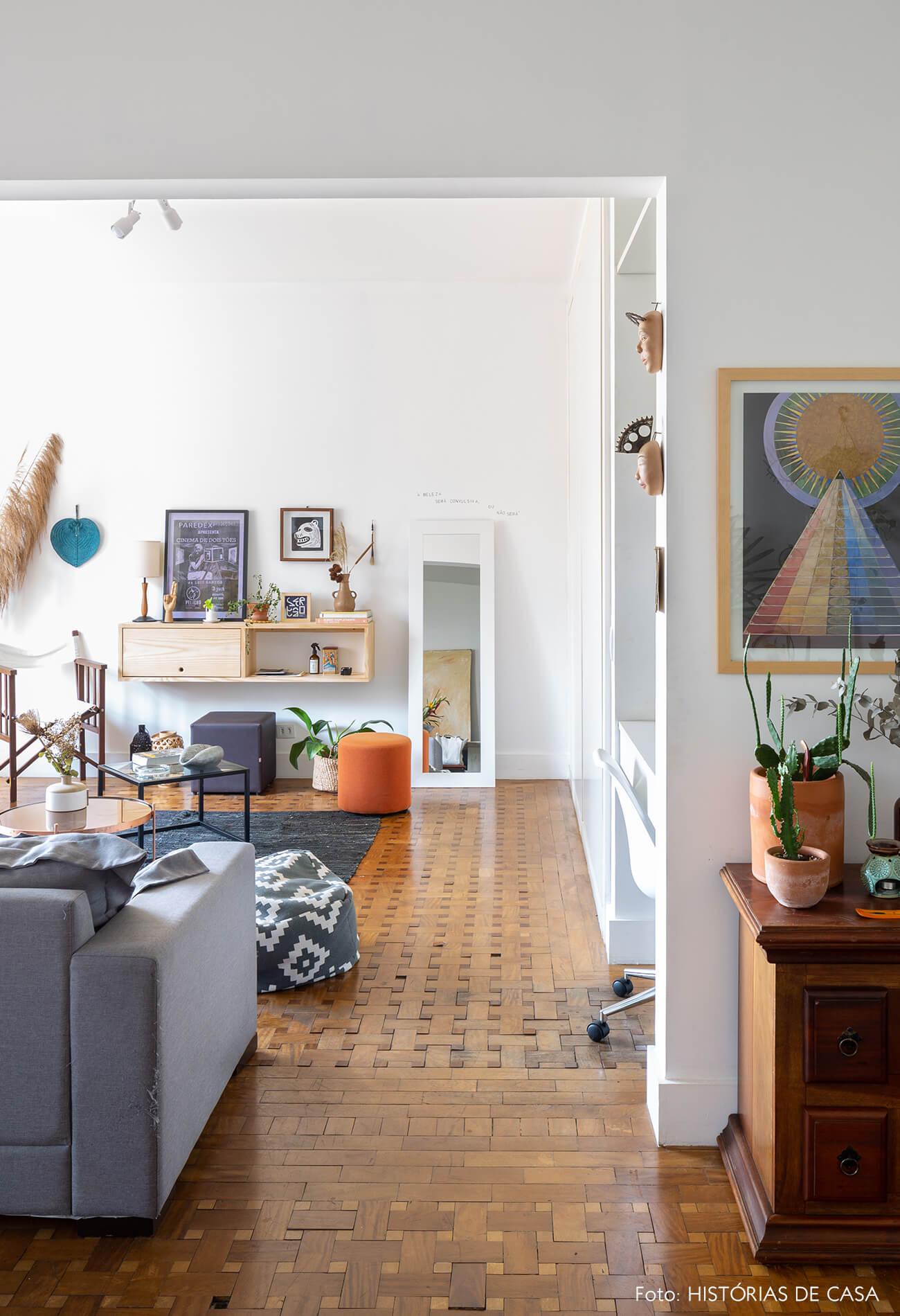 sala-com-piso-de-taco-madeira-e-paredes-brancas