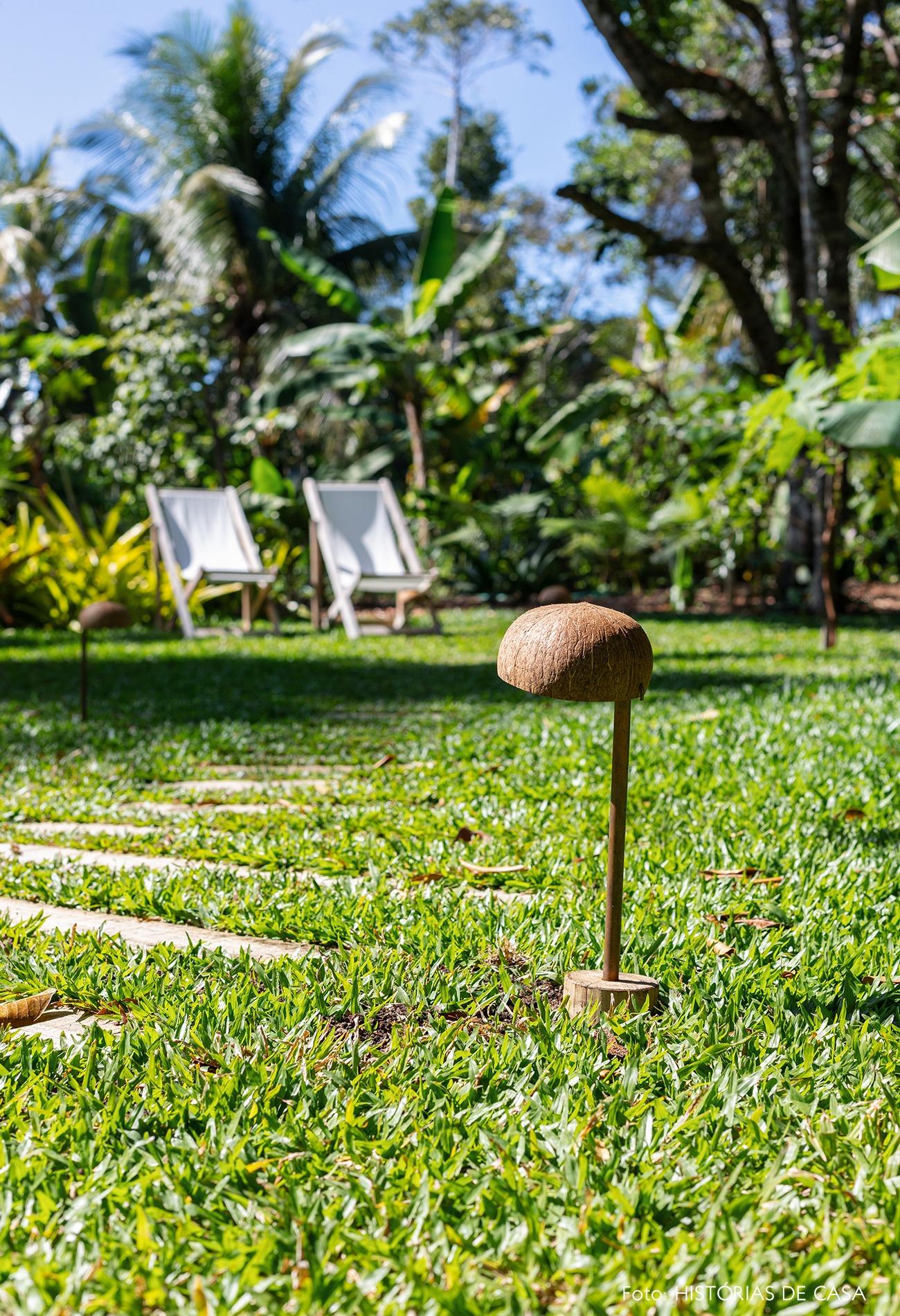 decoracao-hotel-villase7e-15-jardim-cadeira-branca-luminaria-coco