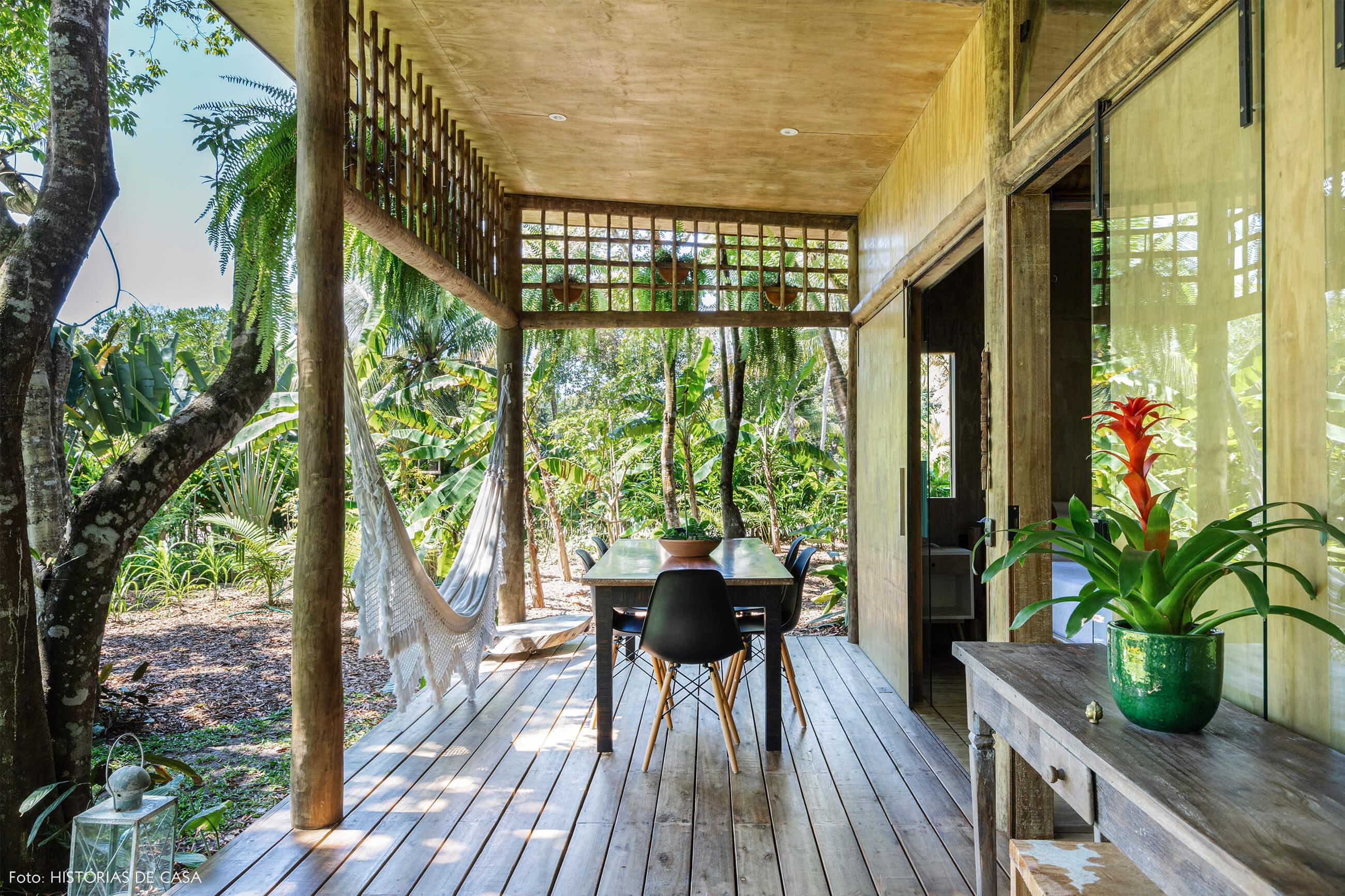 trancoso-decoracao-hotel-villase7e-20-rede-branca-cadeira-eames-preta-mesa-madeira-luminaria-chao-branca-vaso-verde