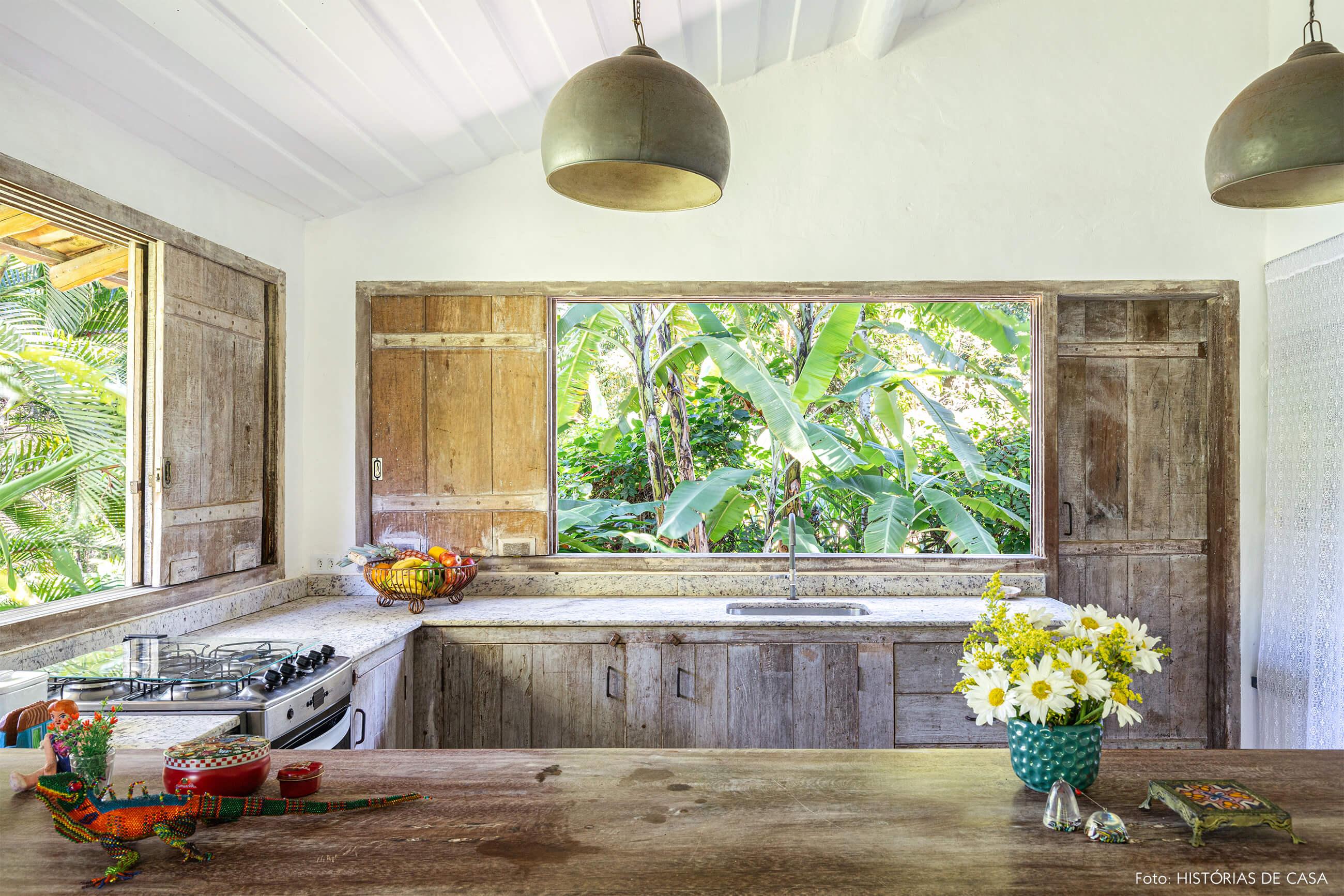 cozinha-rustica-com-bancada-de-madeira