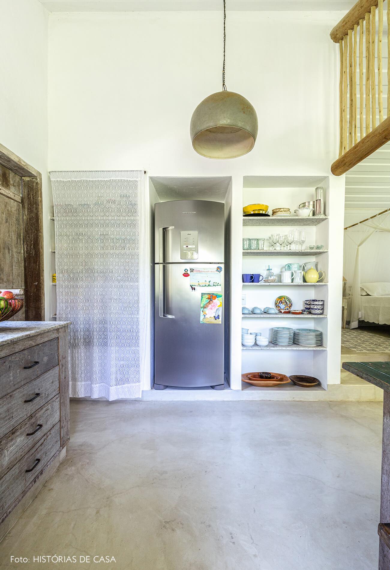 cozinha-branca-com-moveis-de-madeira