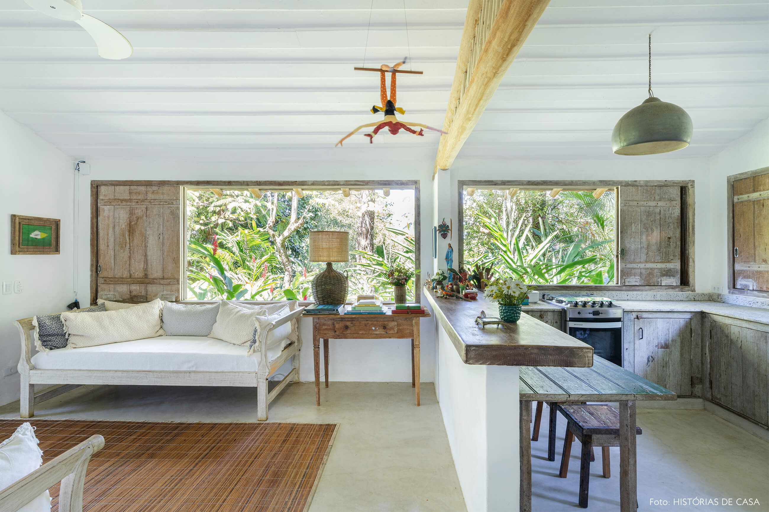 sala-e-cozinha-com-bancada-de-madeira