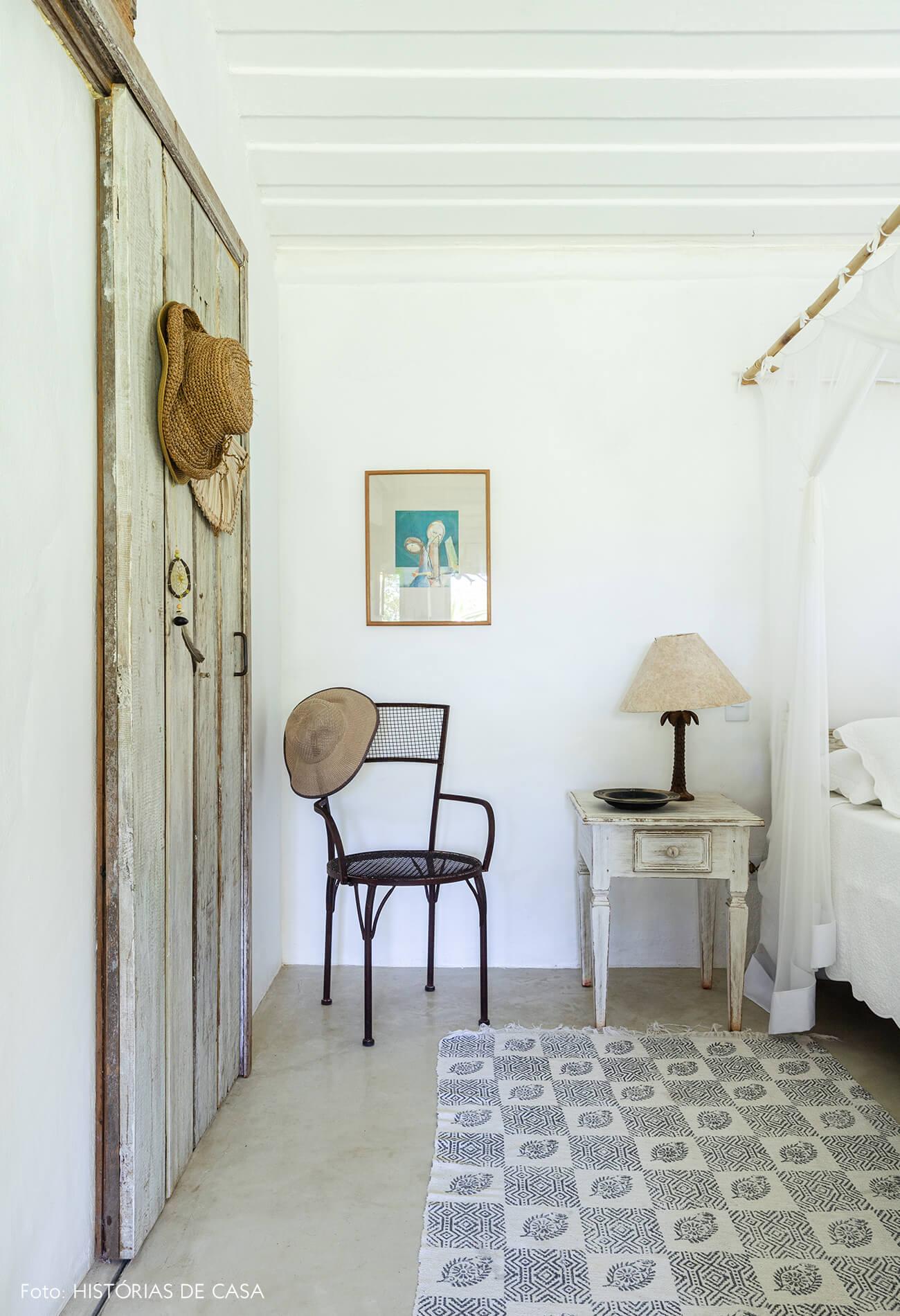 quarto-branco-rustico-com-cadeira-preta