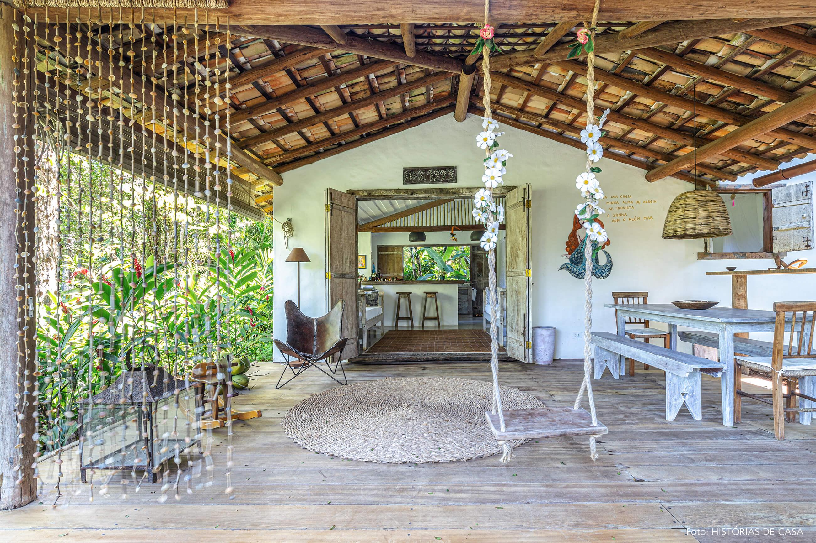 entrada-casa-rustica-com-balanço-e-moveis-de-madeira