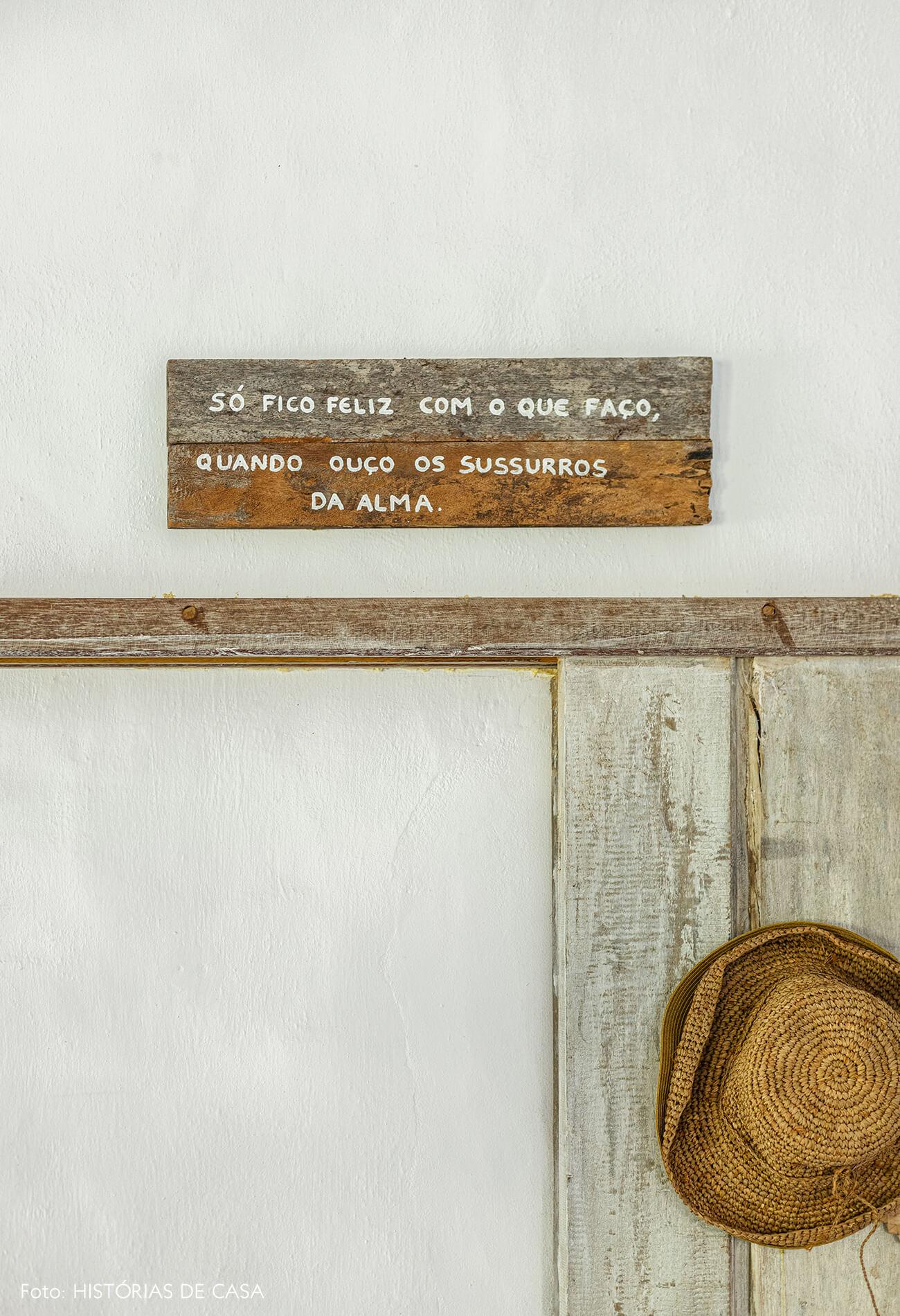 placa-de-madeira-e-chapeu-palha