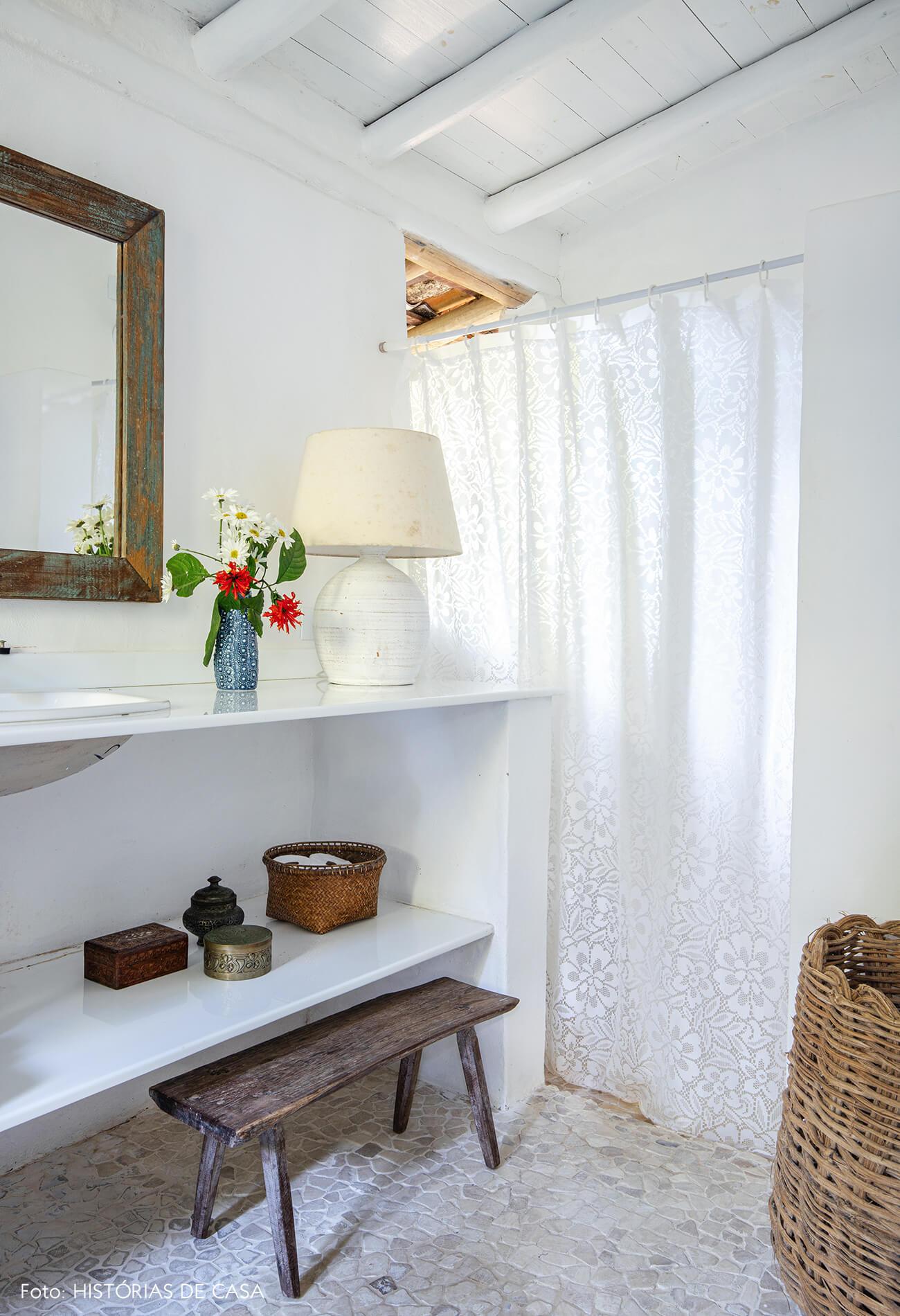 banheiro-branco-com-cesto-e-banco-de-madeira