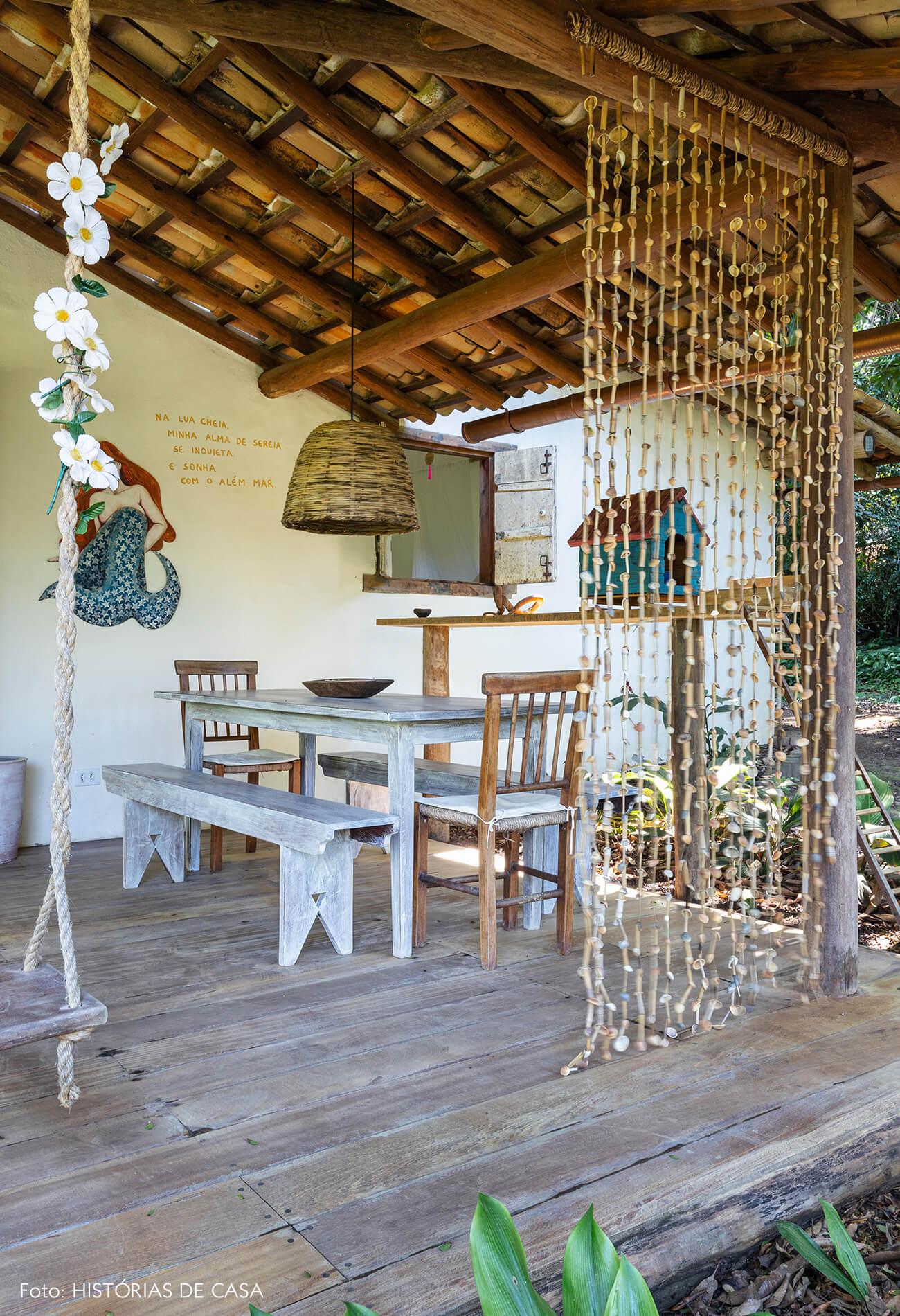 varanda-rustica-com-moveis-de-madeira-e-balanço
