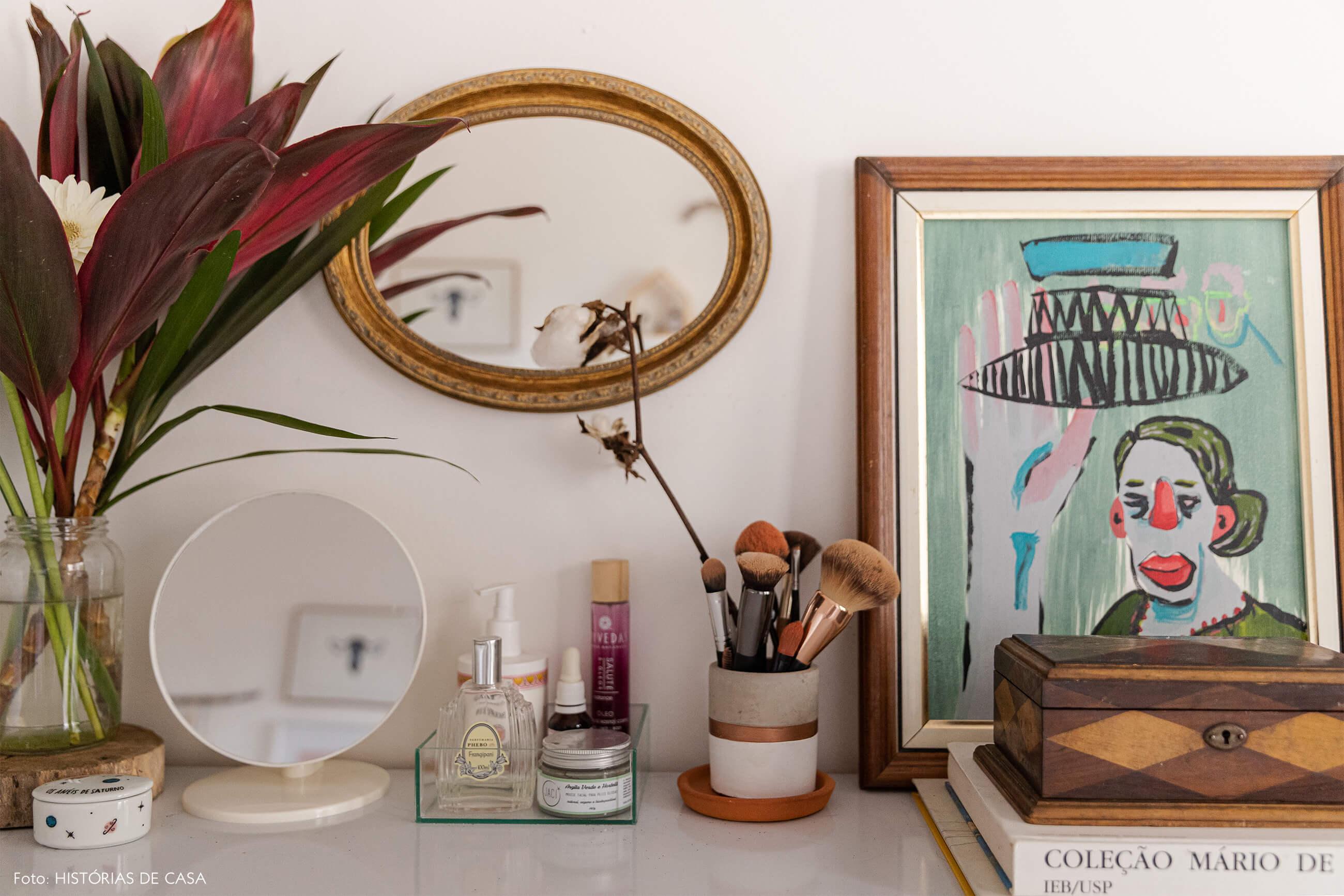 decoração-detalhes-da-estante-branca-e-espelho-dourado