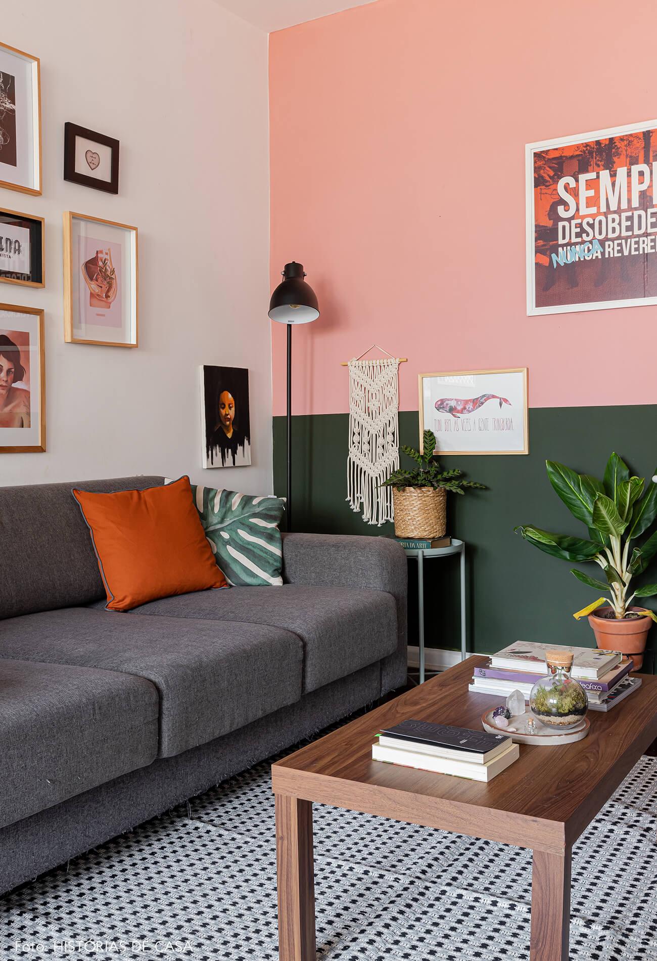 decoração-sala-com-parede-rosa-e-verde-com-quadros-e-plantas