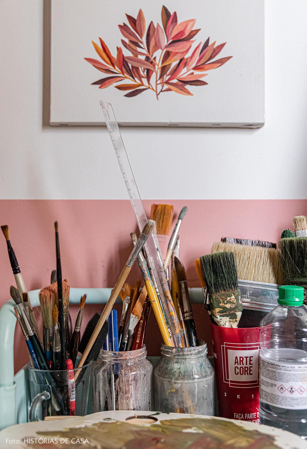 decoração-home-office-meia-parede-rosa