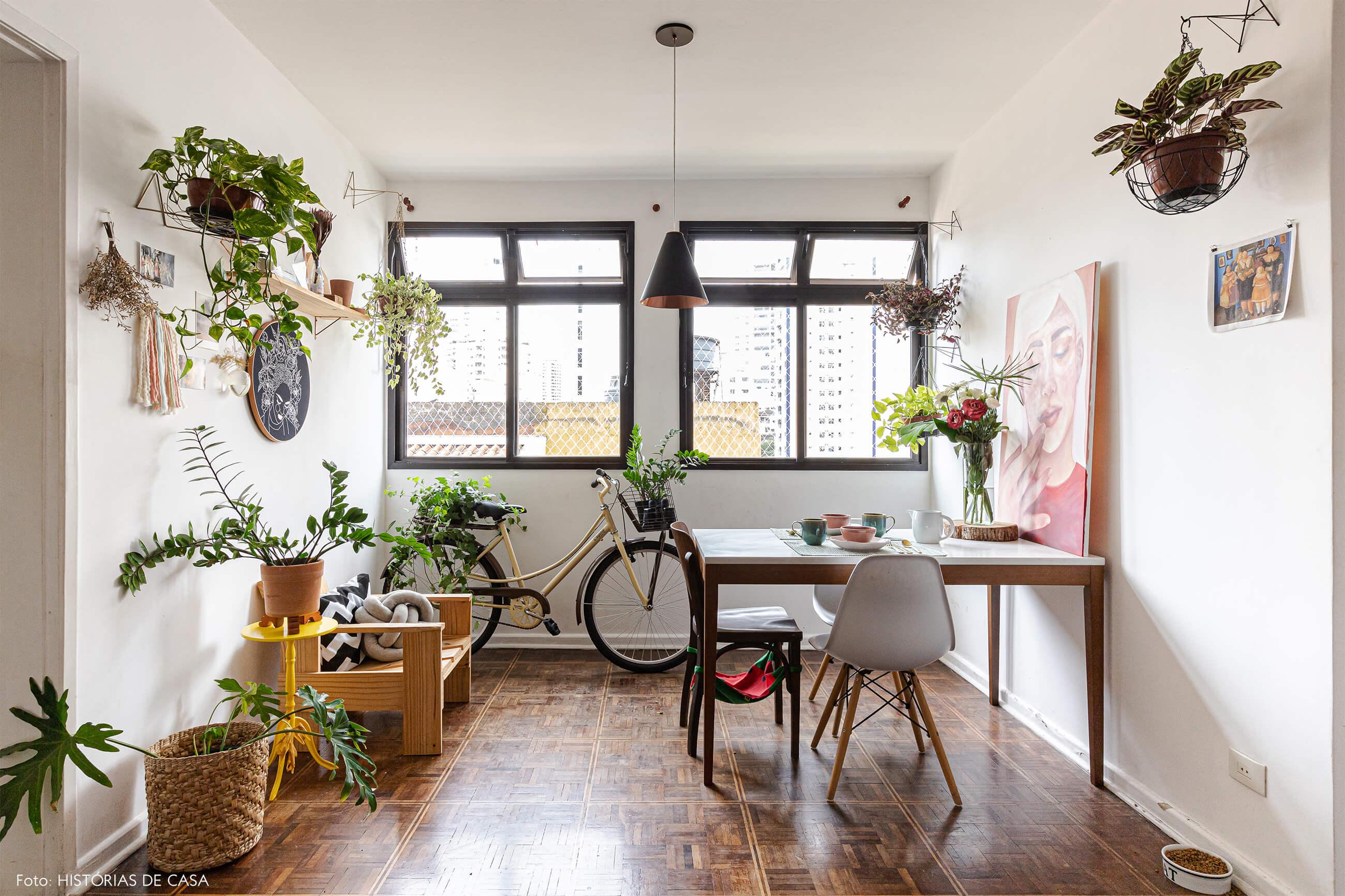 decoração-sala-com-cadeira-eames-e-mesa-e-cadeiras-de-madeira
