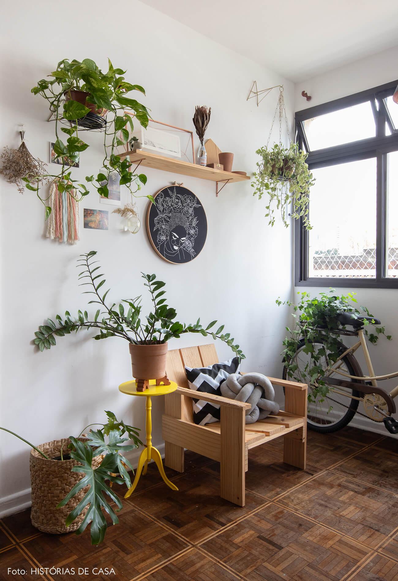 home-office-com-decoração-de-cadeiras-e-piso-de-madeira