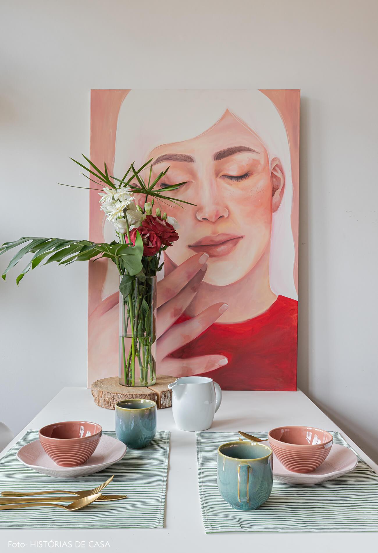 decoração-mesa-jantar-com-quadro-pintura-e-louças