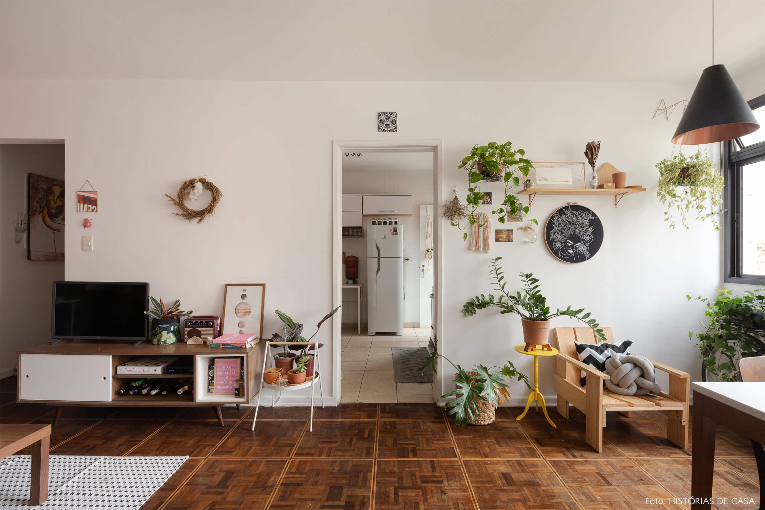 decoração-com-piso-e-cadeiras-de-madeira
