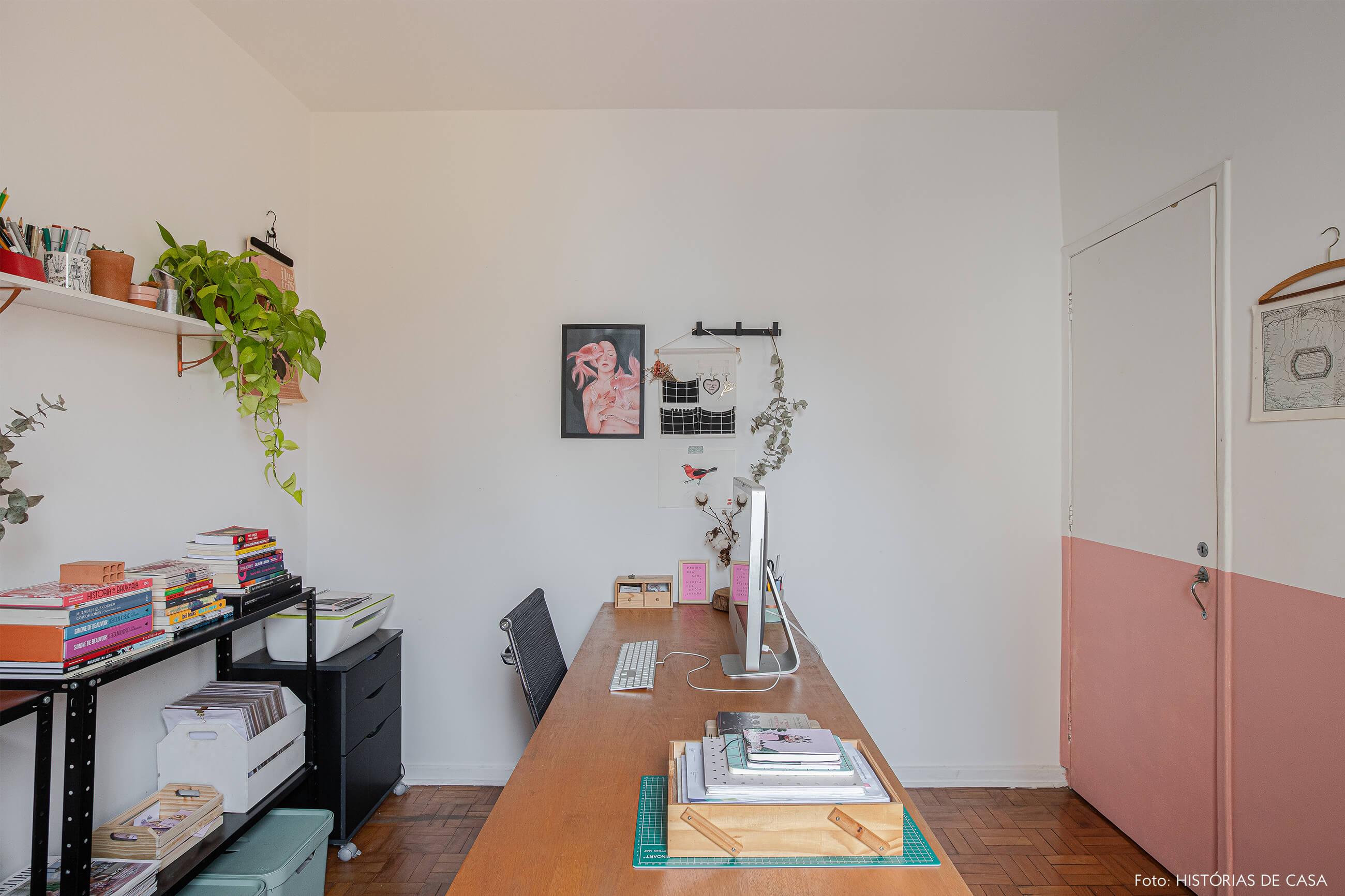 home-office-decoração-com-meia-parede-rosa-e-mesa-de-madeira