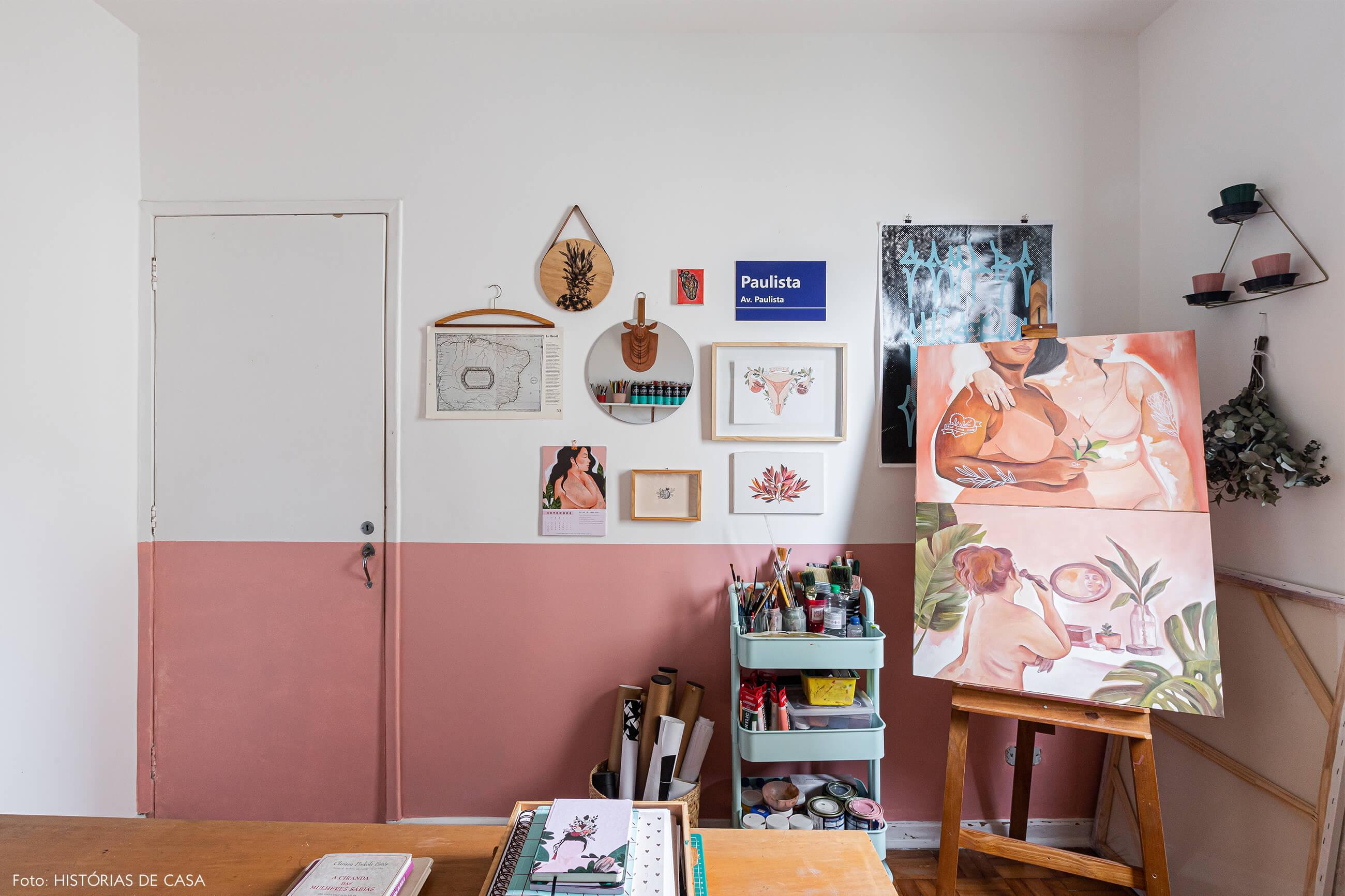 home-office-meia-parede-rosa-decoração-com-quadros-e-ilustrações